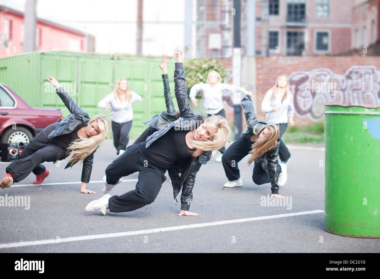 Mädchen üben Tanzschritte auf Parkplatz Stockbild