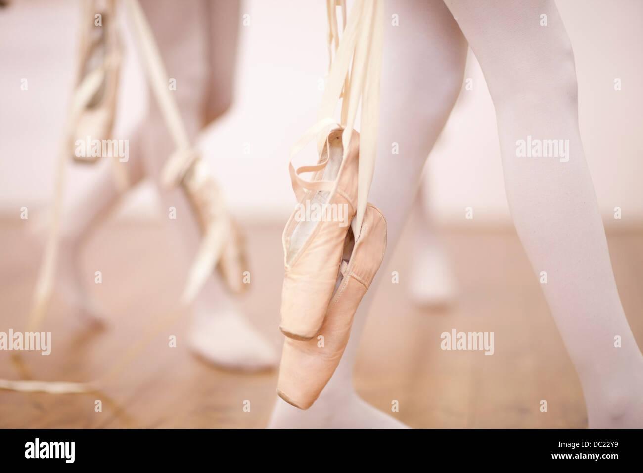 Detail der Ballerinas Beine verlassen Tanzstudio Stockbild