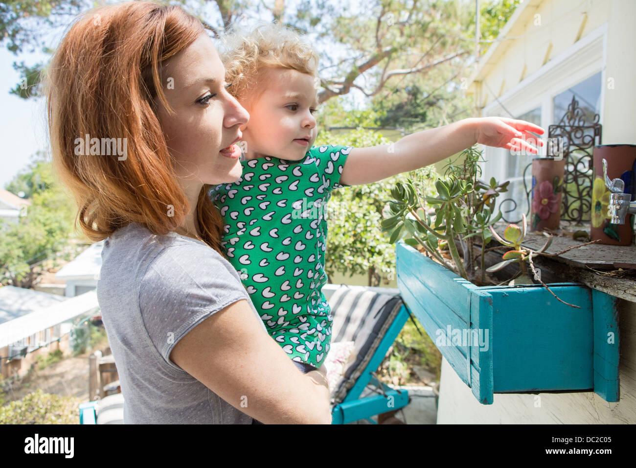 Mutter und Kind erkunden Stockbild