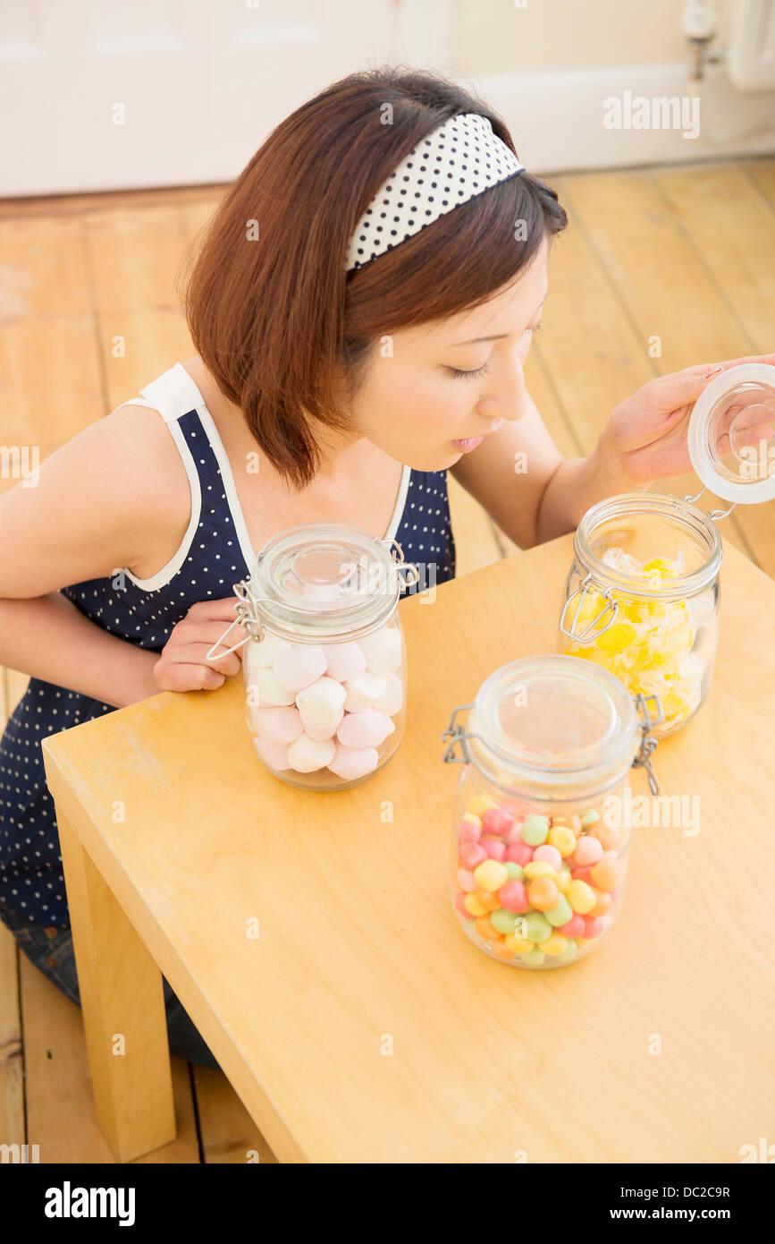 Frau auf der Suche in Candy jar Stockbild