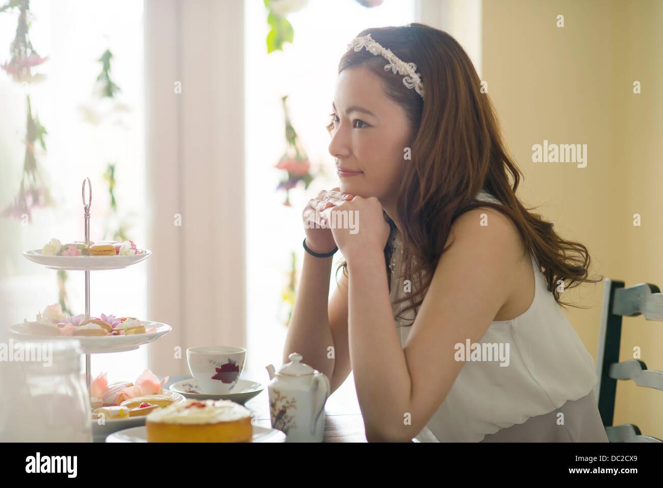 Frau Tagtraeume zur Teezeit Stockbild