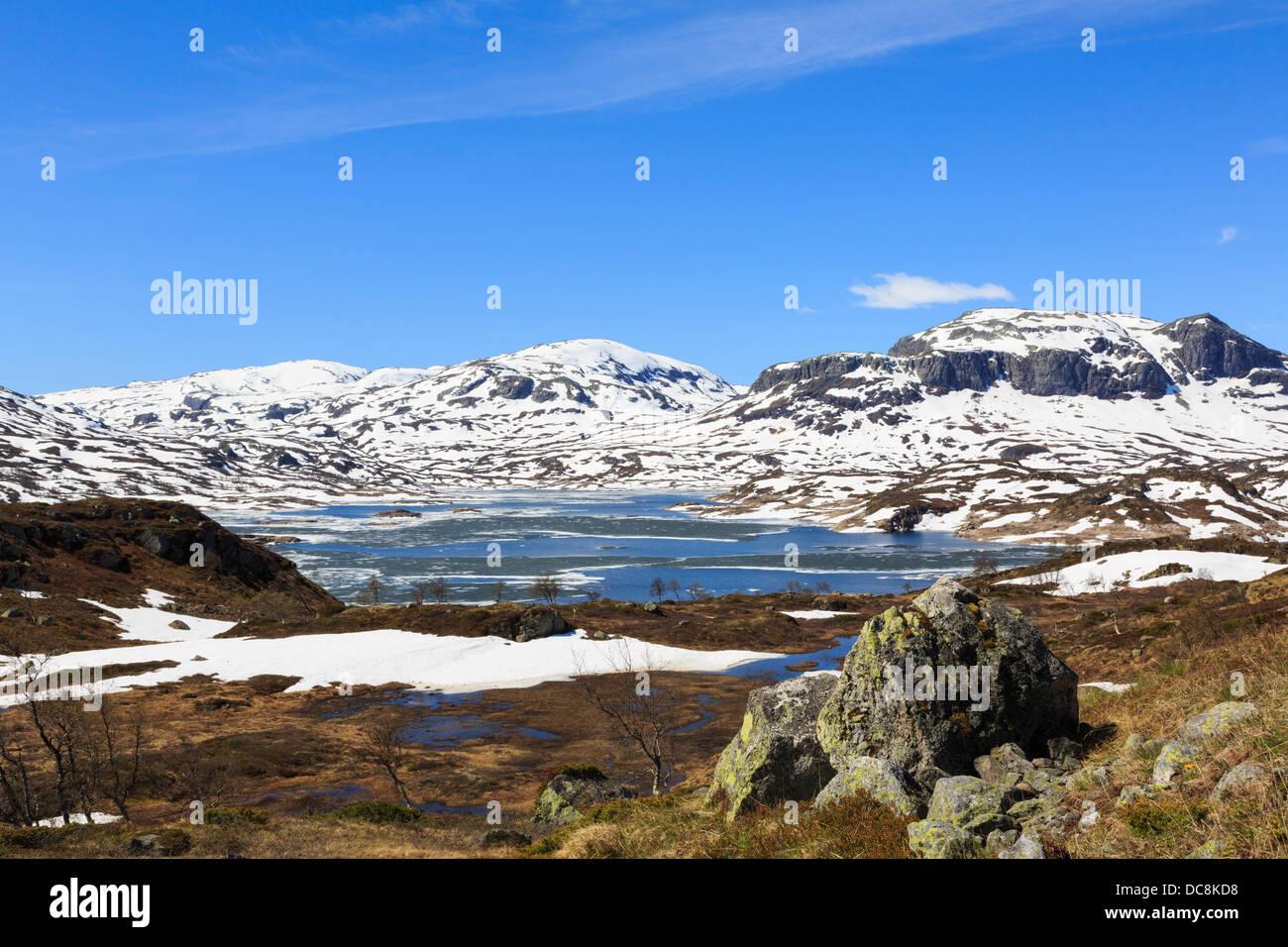 See Kjelavatn mit Eis und Schnee auf Hochmoor Plateau im Frühsommer. Hardanger, Telemark, Norwegen, Scandinavia Stockbild