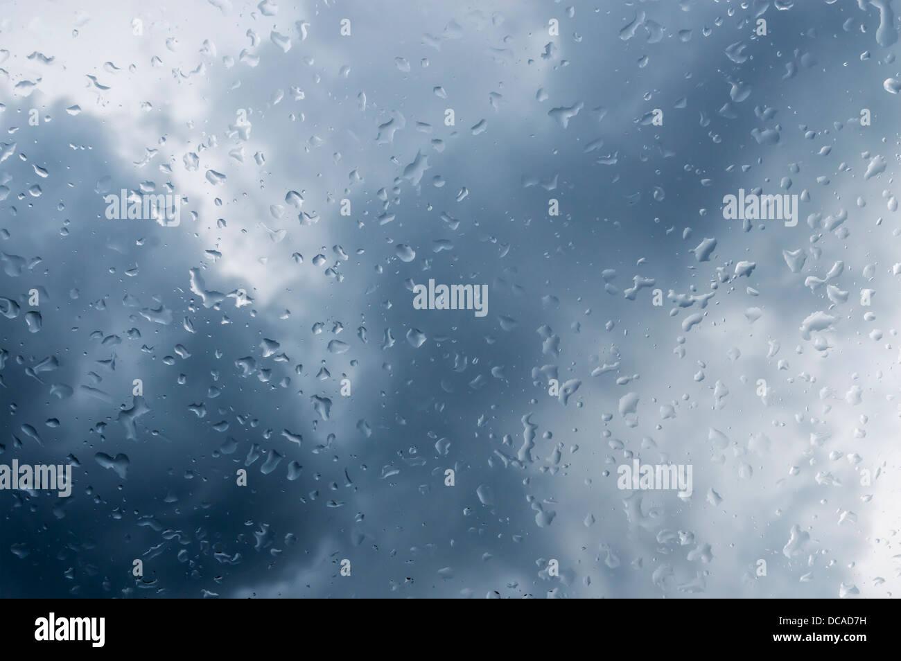 Wassertropfen auf Fenster Stockbild