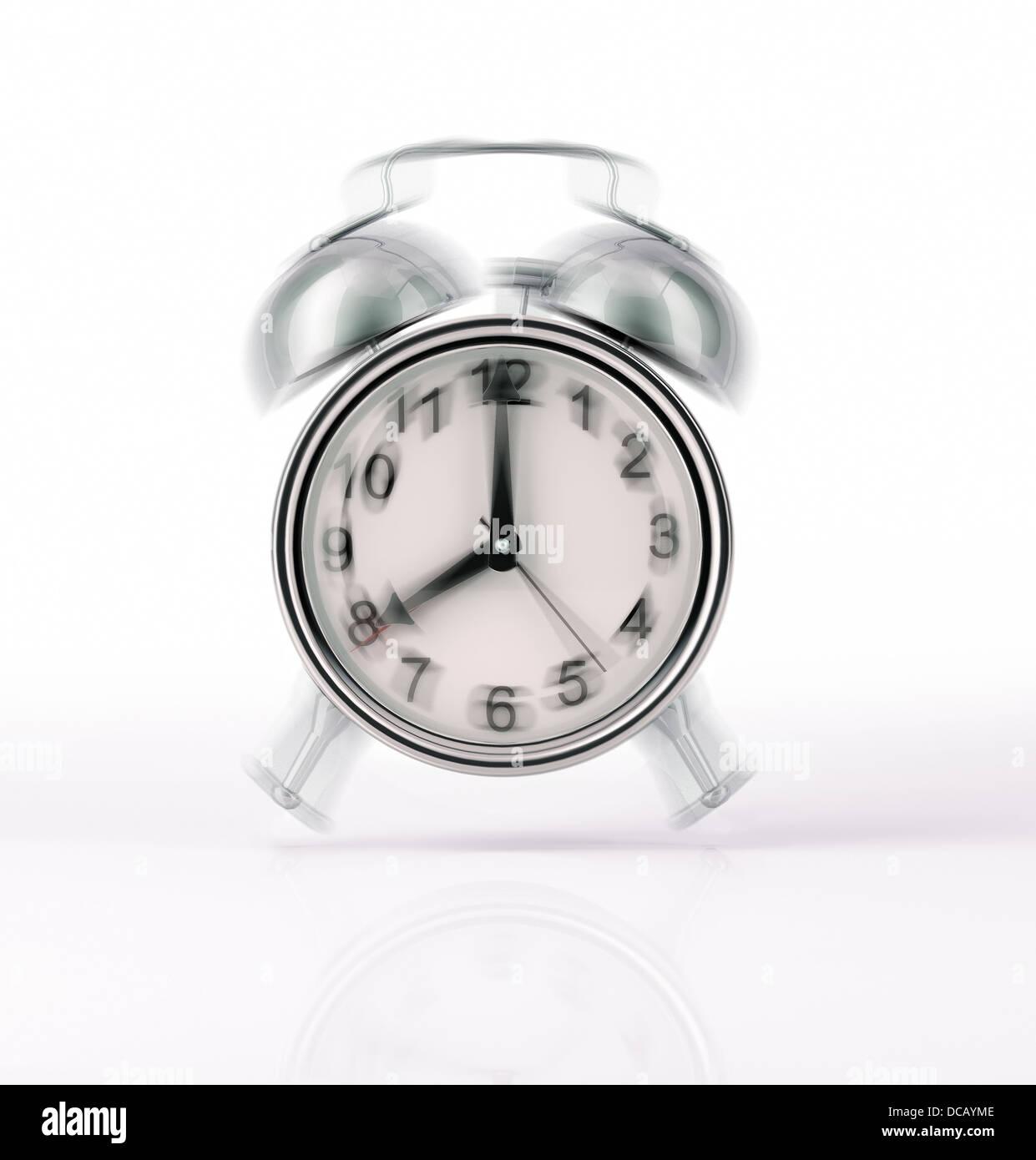 Klassische Wecker verchromt klingelt, mit Bewegung-Effekt. Vorderansicht auf weißem Hintergrund, mit leichten Stockbild