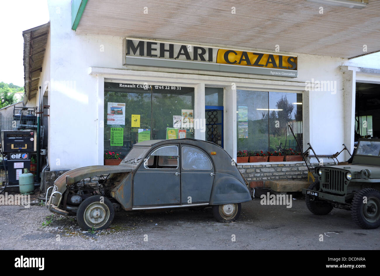 old citroen 2cv car stockfotos old citroen 2cv car bilder alamy. Black Bedroom Furniture Sets. Home Design Ideas