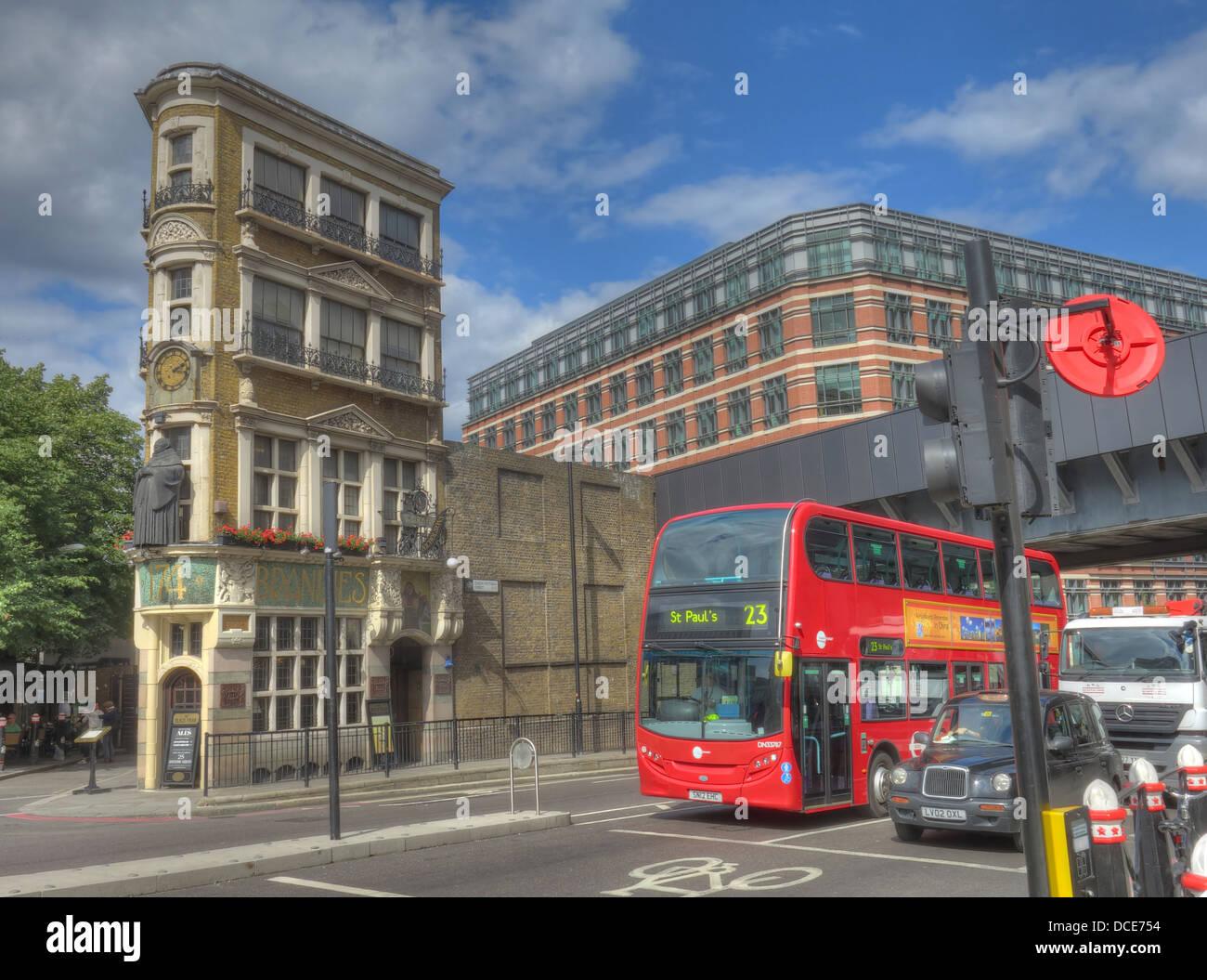 Laden Sie dieses Alamy Stockfoto Black Friar Pub, Kreuzung Königin Victoria St, Blackfriars, London, England UK EC4V 4E - DCE754
