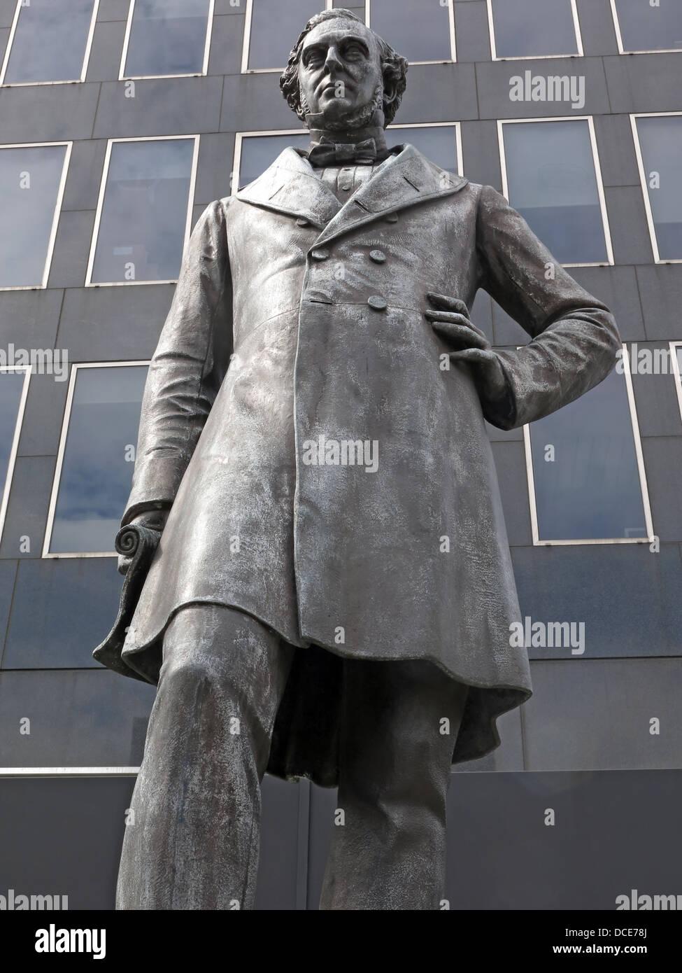 Laden Sie dieses Alamy Stockfoto Robert Stephenson Statue außerhalb von Euston Station London, England - DCE78J