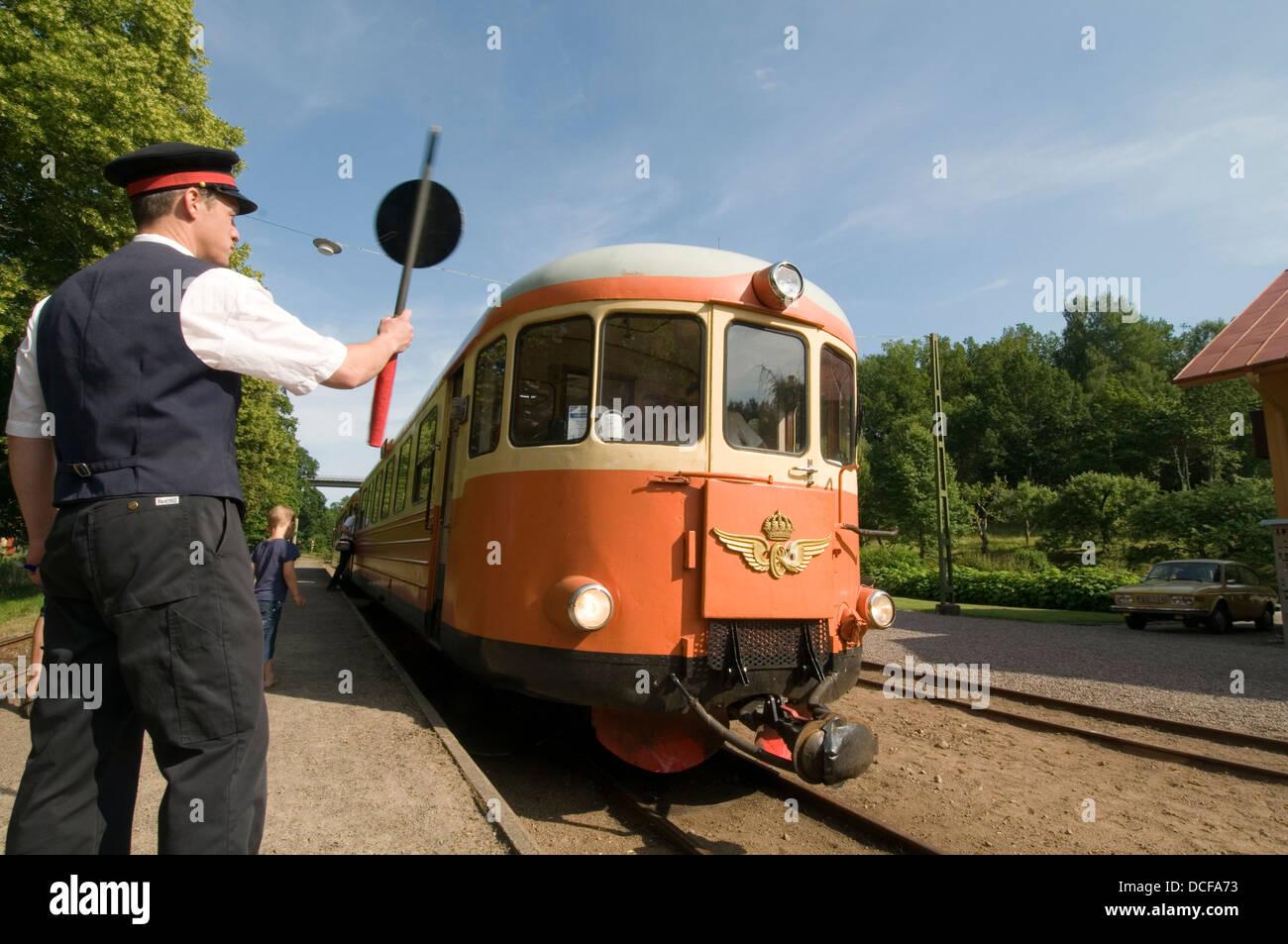 schwedische Eisenbahn Eisenbahn Guard Wachen Bahnhof Regionalbahn Züge Schweden Sommer Sommer Plattform Stockbild