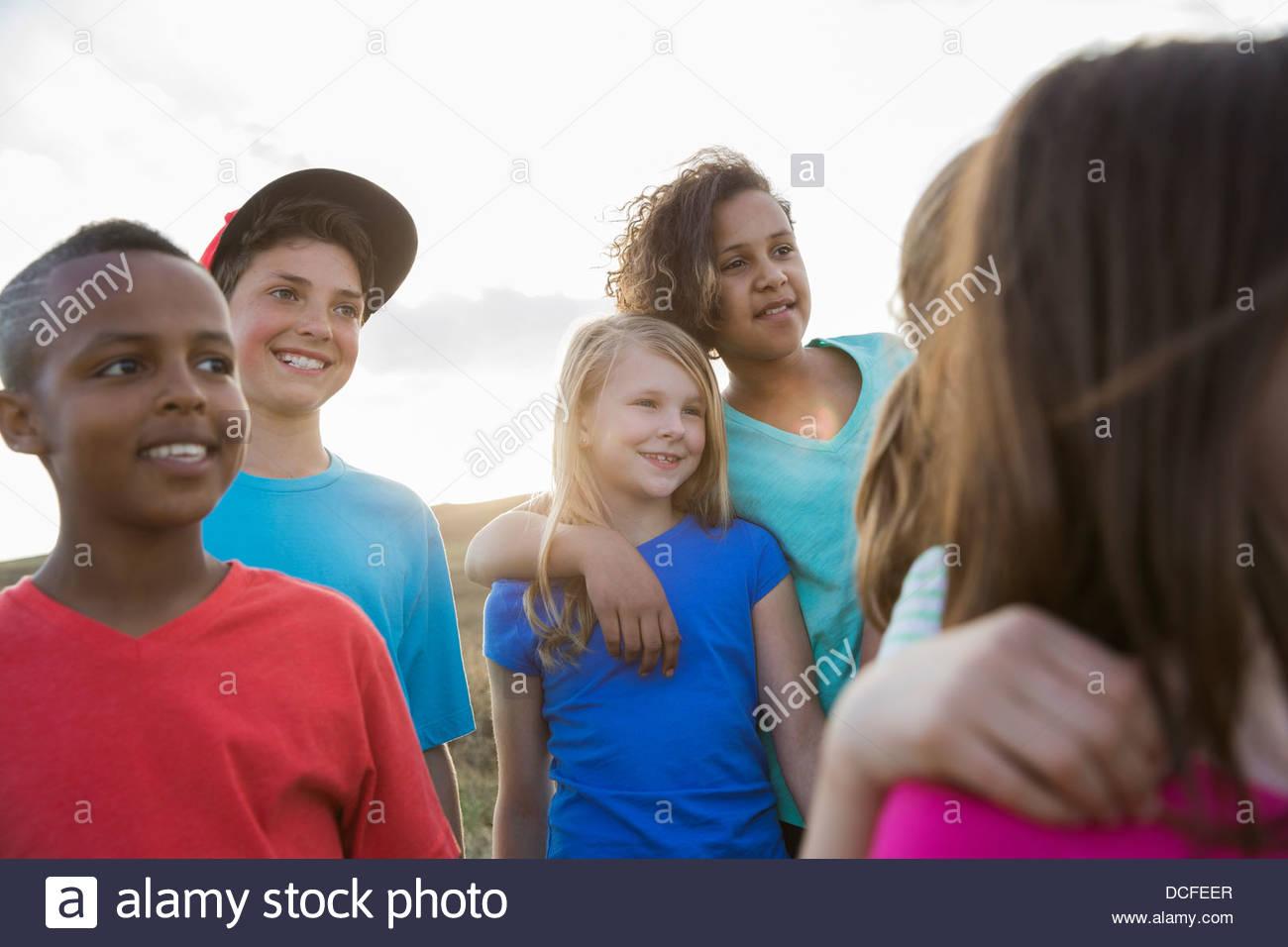 Gruppe von Kindern zusammen im Freien stehen Stockbild