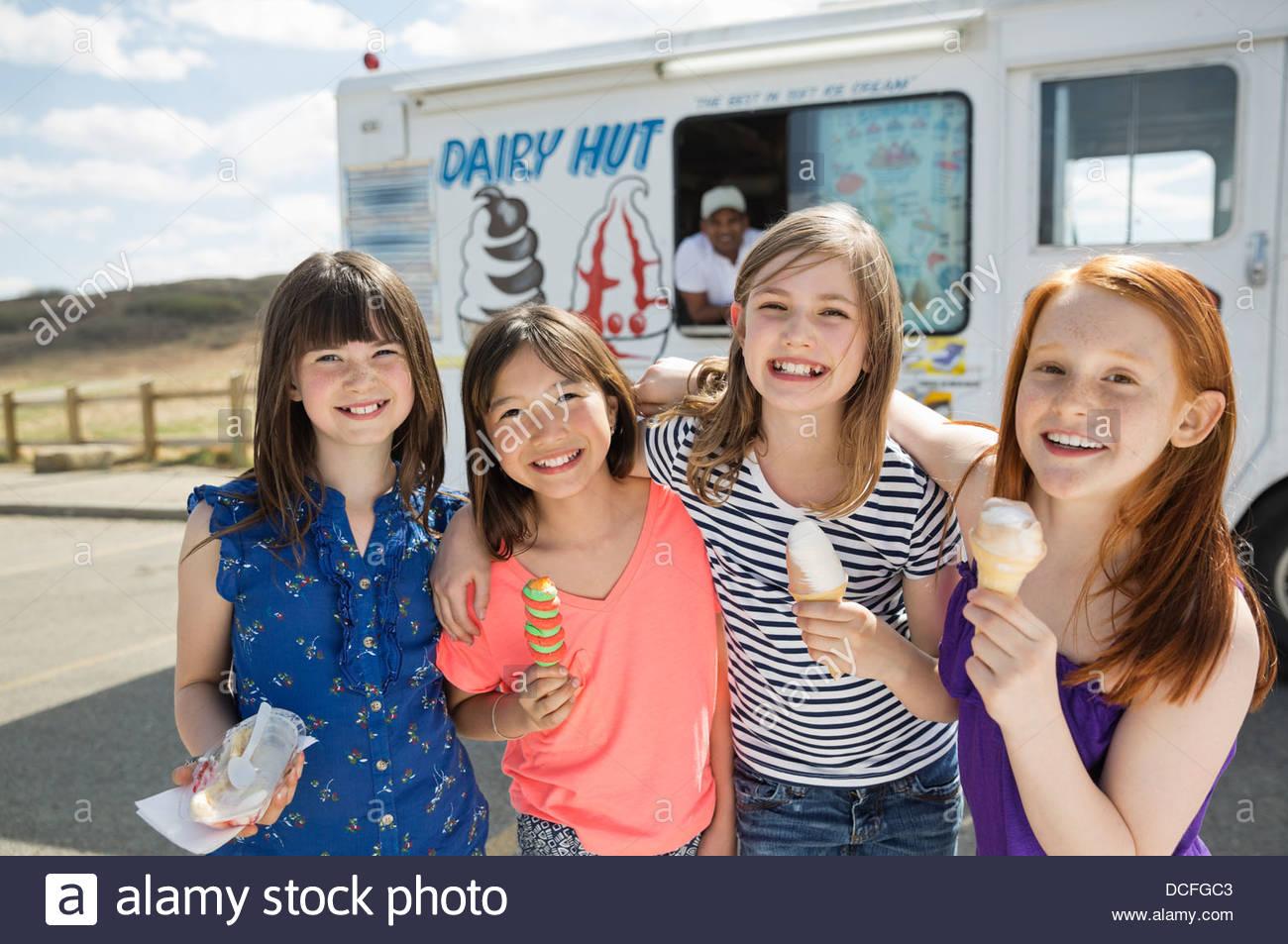 Porträt von fröhlichen Mädchen hält gefrorene Leckereien Stockbild