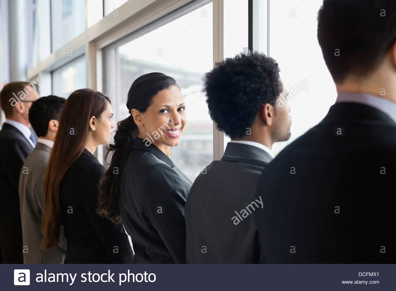 Geschäftsfrau, die über die Schulter schauen Stockbild