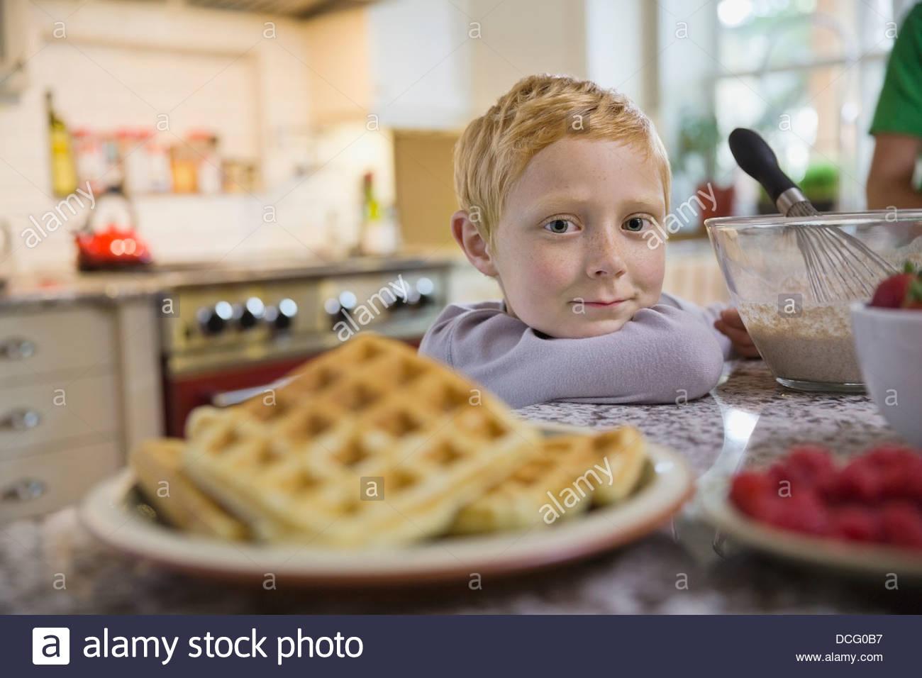 Porträt eines kleinen Jungen mit Frühstück Stockbild