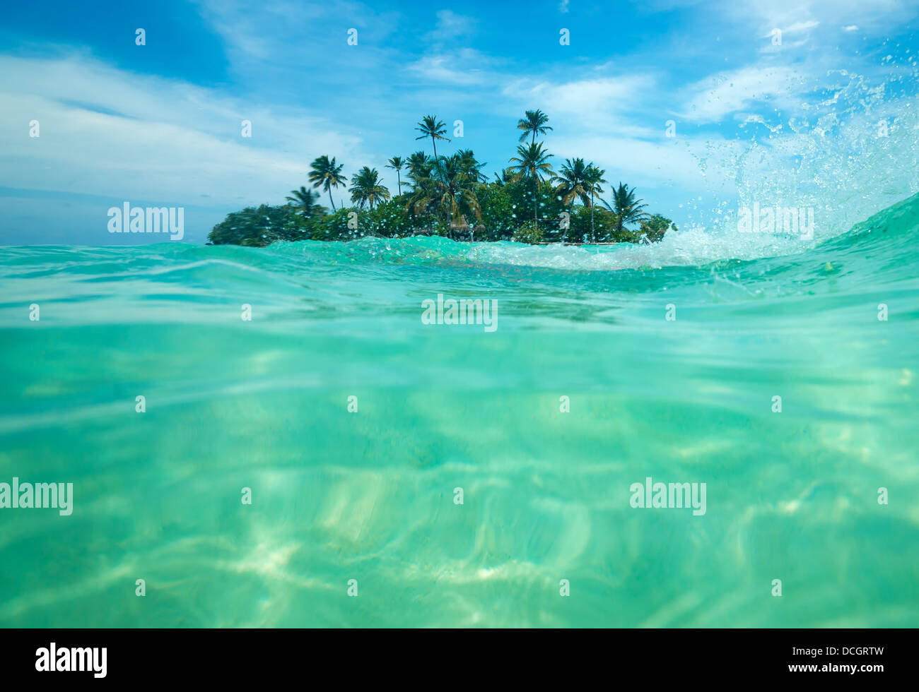 Tropische Insel im Ozean Stockbild
