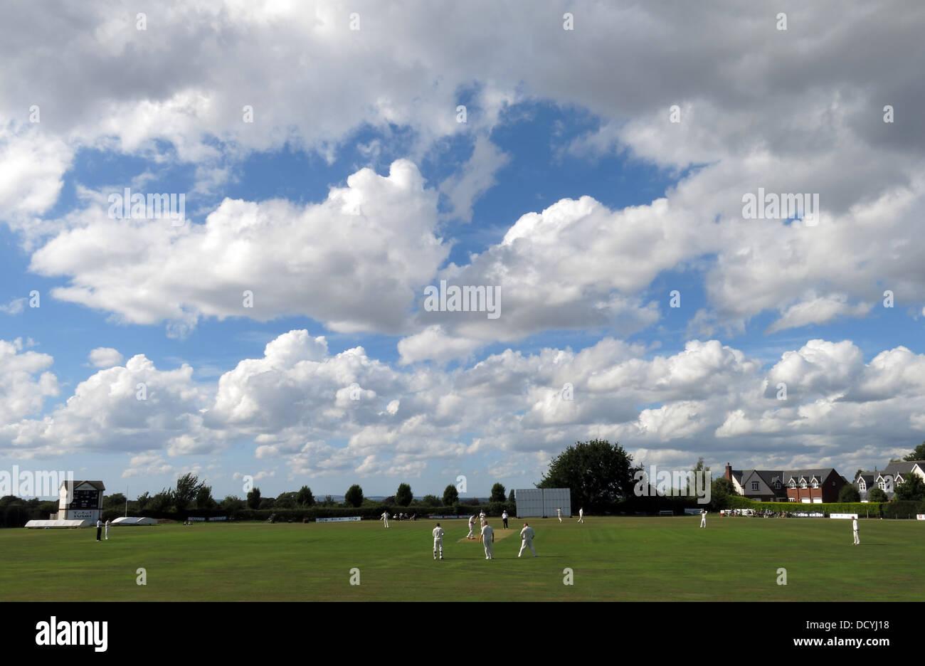 Dieses Stockfoto: Grappers spielen auf einem hellen Sommertag, grappenhall Cricket Club, breit Lane, Grappenhall, Warrington, Cheshire, England, UK WA4 3EH - DCYJ18