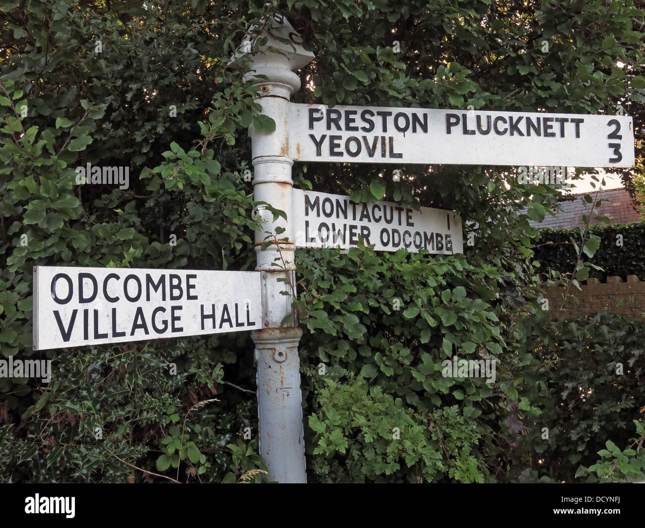 Laden Sie dieses Alamy Stockfoto Fingerpost unterzeichnen, odcombe Village Hall, Preston Plucknet, Yeovil, Montecute, untere Odcombe, Somerset, South West England - DCYNFJ