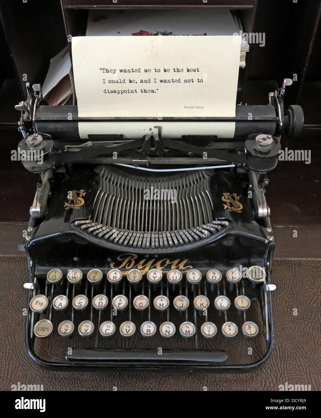 Laden Sie dieses Alamy Stockfoto Sie wollten mich das Beste, was ich werden könnte, und ich wollte Sie nicht auf einem alten Bsie Schreibmaschine, Lacock Abbey, Wiltshire, South West England zu enttäuschen - DCYRJ9