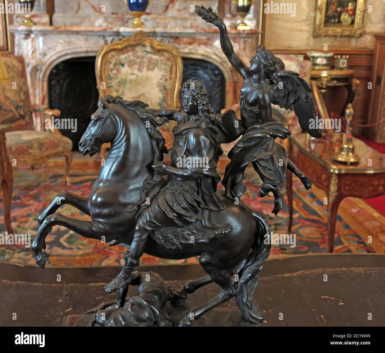 Laden Sie dieses Alamy Stockfoto Schwarz gegossen Statue an Waddesdon Manor NT, Böcke, England UK - DCYW49