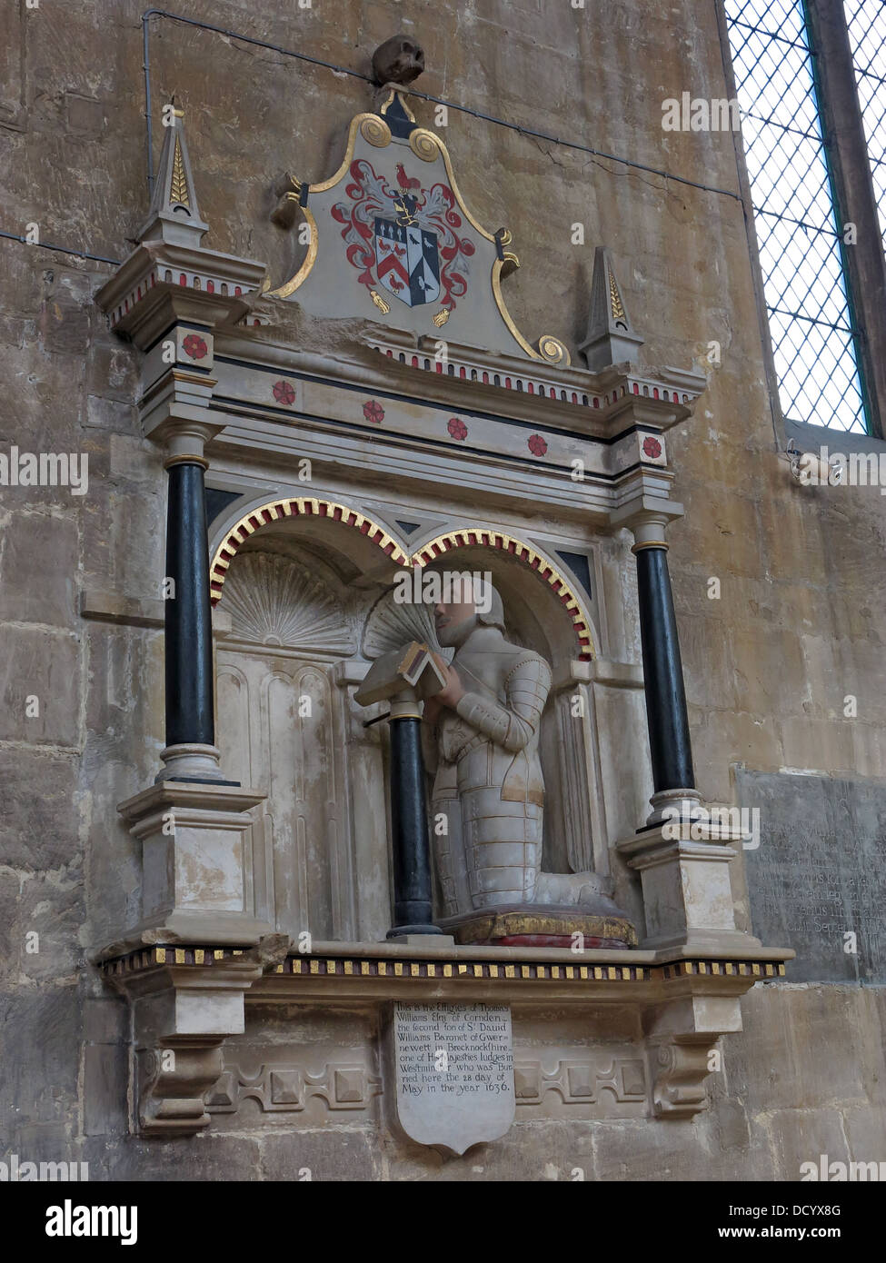 Laden Sie dieses Alamy Stockfoto Stein Bildnis von Tom Wiliams, St. Peters Kirche, Cheltenham, Gloucester, England, Großbritannien - DCYX8G
