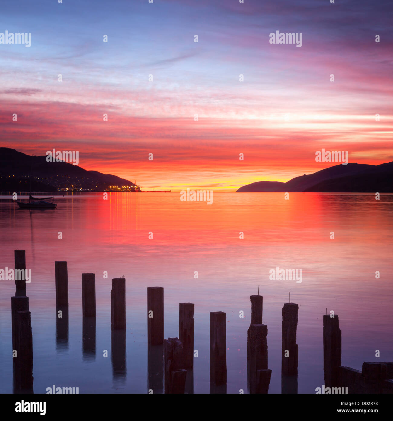 Wunderschönen Sonnenaufgang mit Farben von rot, Orange und violett, über Governors Bay, Canterbury New Stockbild