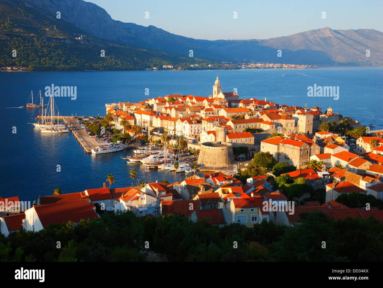 Altstadt von Korcula. Halbinsel Peljesac im Hintergrund. Stockbild