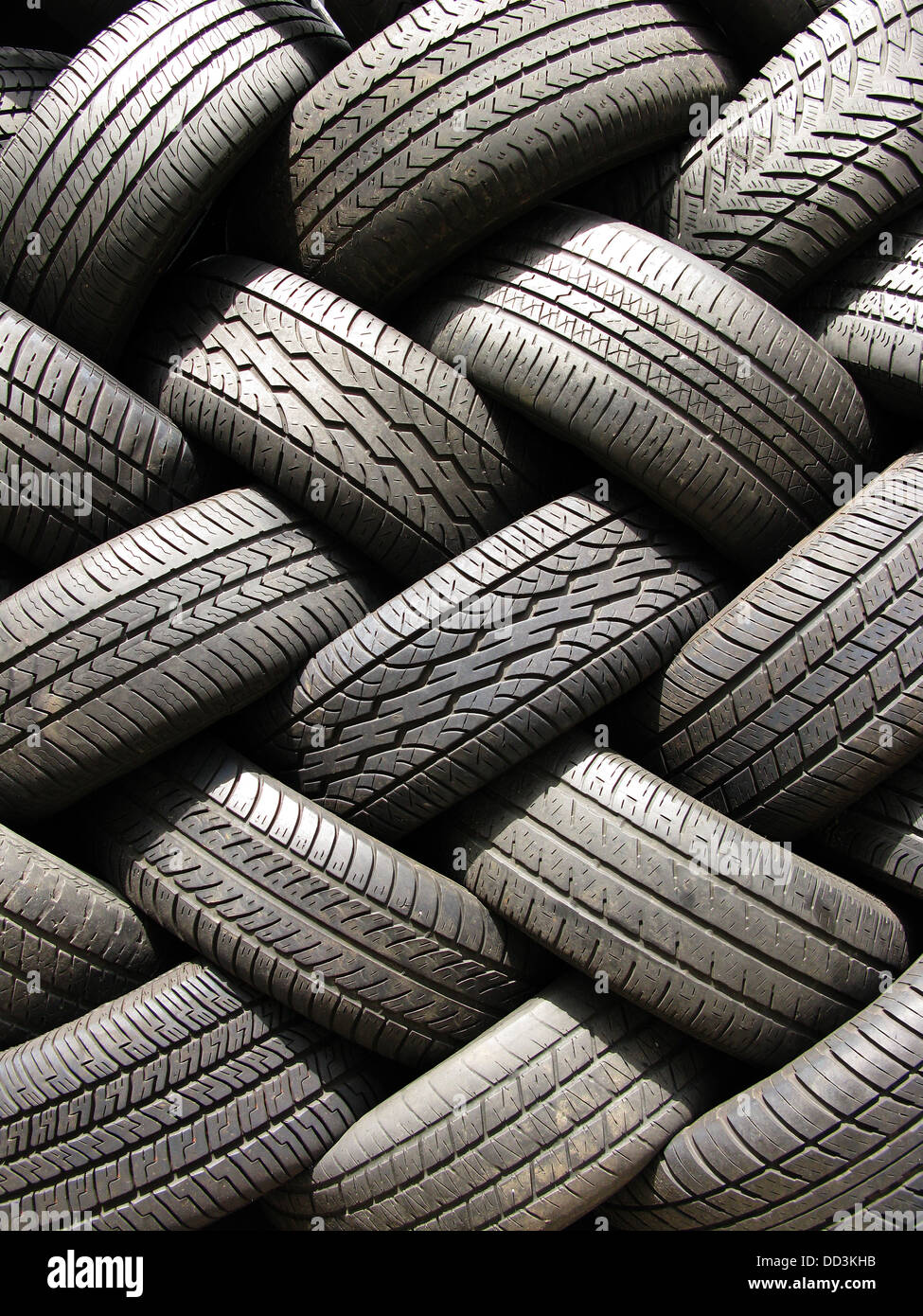Einen großen Stapel von gebrauchten Kfz Pkw-Reifen. Stockbild