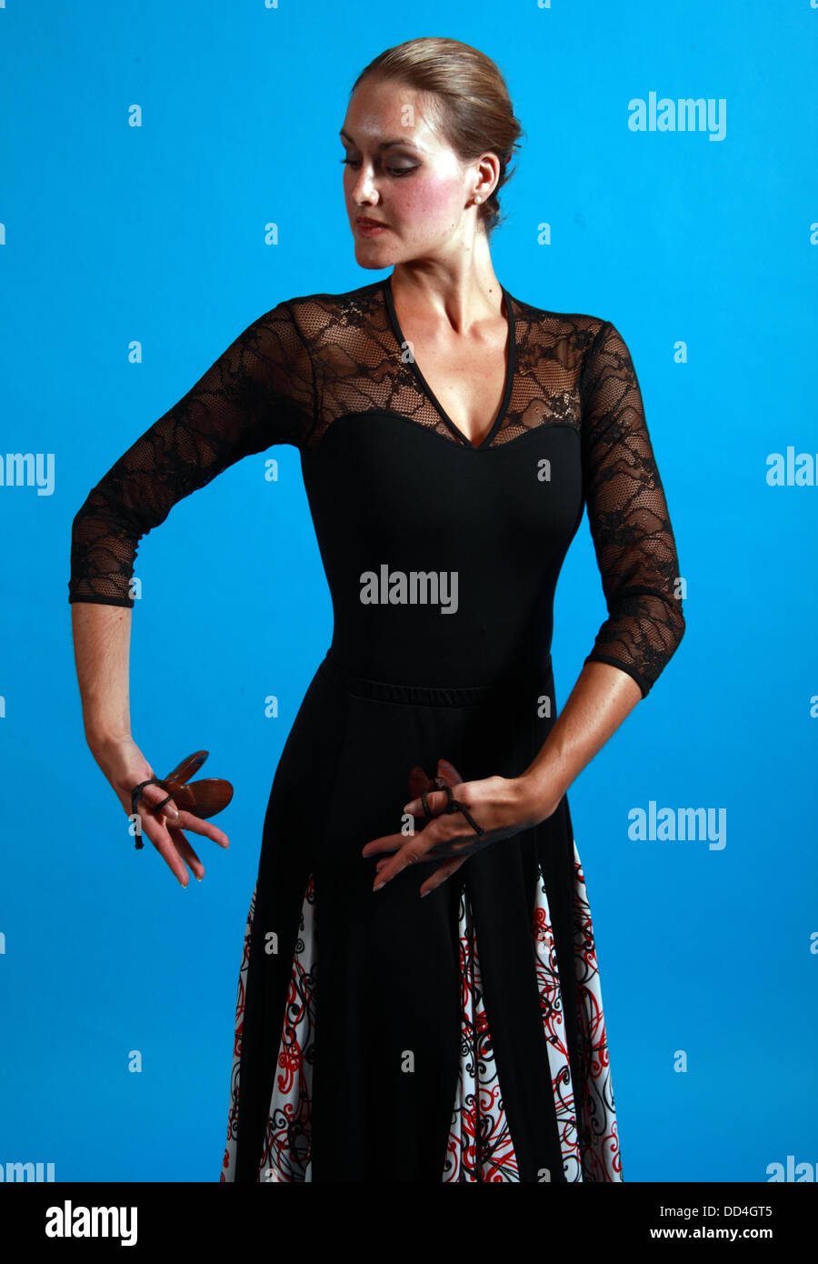 Laden Sie dieses Alamy Stockfoto Flamenco Tanz bewegt, Dame in einem schwarzen Kleid mit Ventilator - DD4GT5
