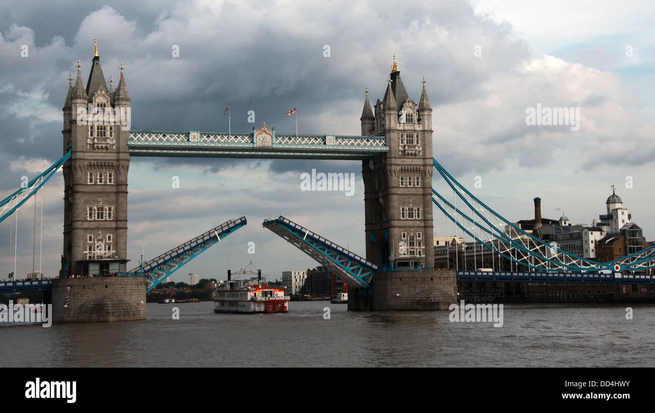 Laden Sie dieses Alamy Stockfoto Historic Tower Bridge öffnet sich auf der Themse, London, England, UK - DD4HWY