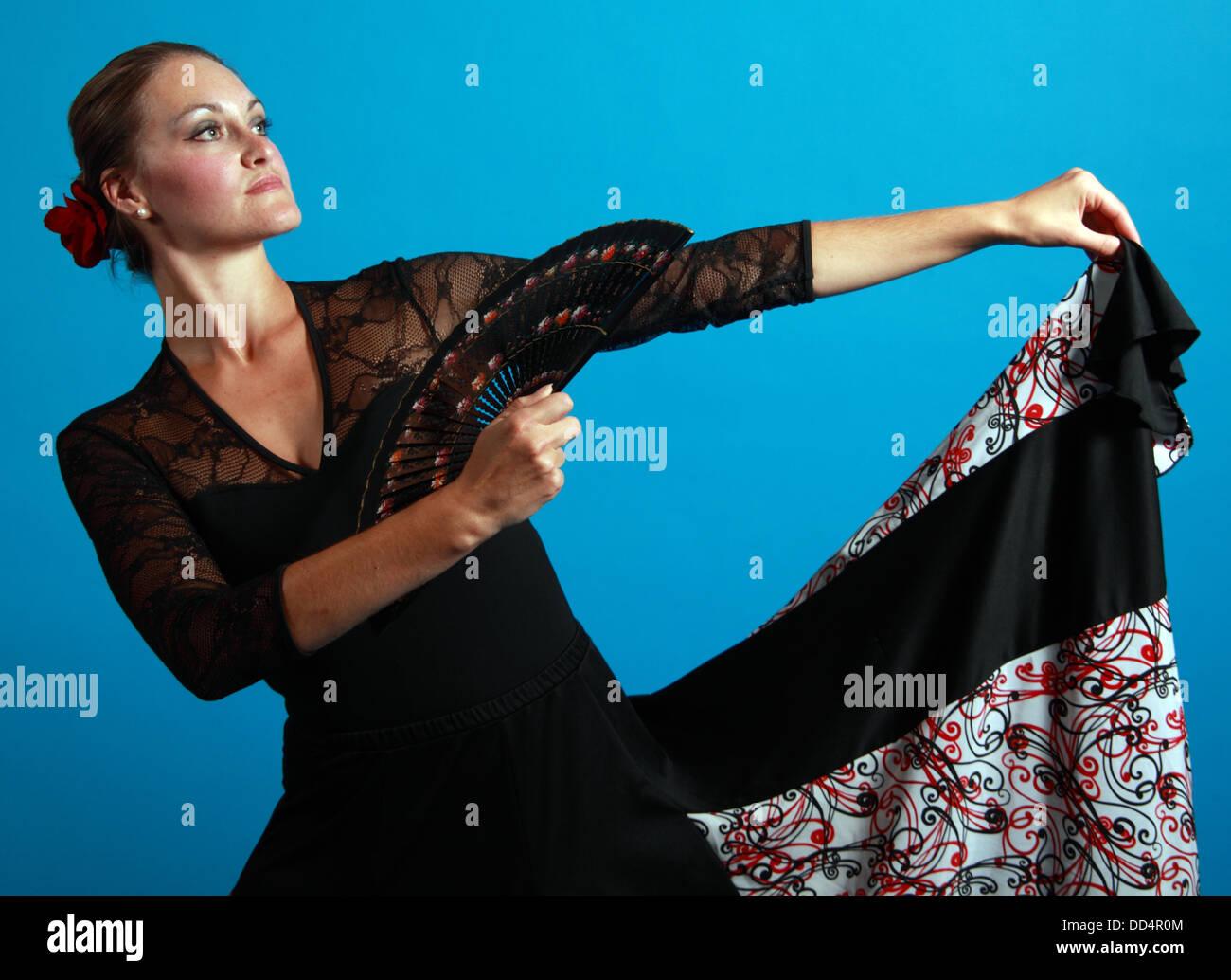 Laden Sie dieses Alamy Stockfoto Flamenco Tanz bewegt, Dame in einem schwarzen Kleid mit Ventilator - DD4R0M
