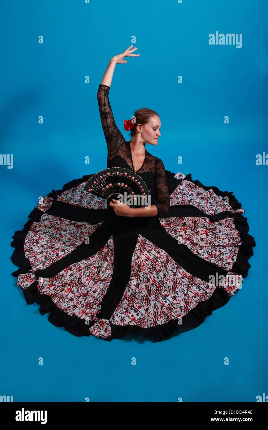 Laden Sie dieses Alamy Stockfoto Flamenco Tanz bewegt, Dame in einem schwarzen Kleid mit Ventilator - DD4R4E