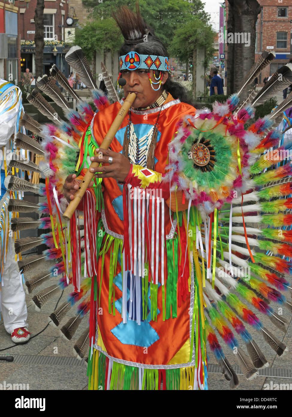 Laden Sie dieses Alamy Stockfoto Peruanische südamerikanischen Buskers / Entertainer in Warrington Stadtzentrum, Cheshire, England, UK - DD4RTC