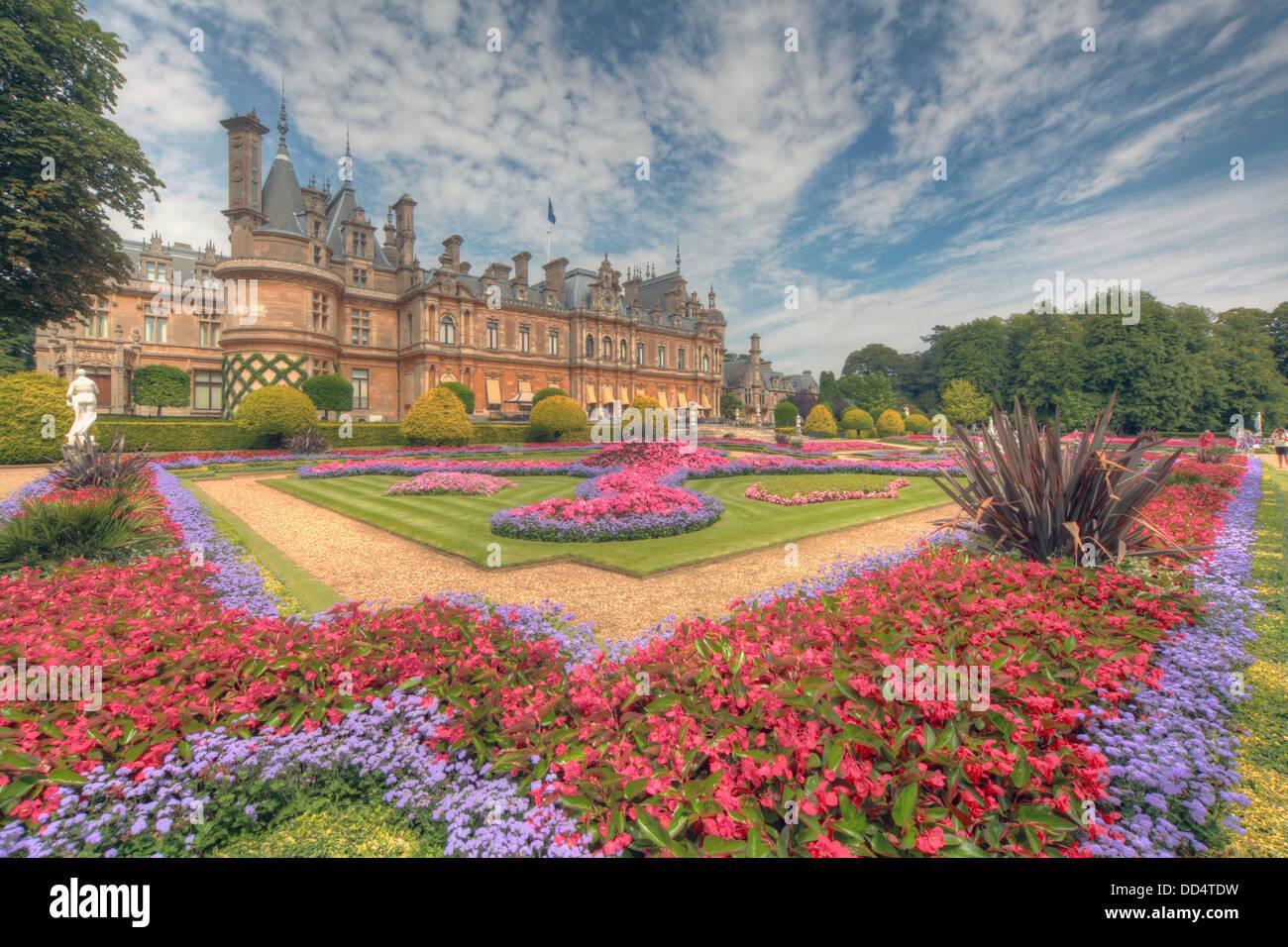 Laden Sie dieses Alamy Stockfoto Panorama von Waddesdon Manor, Buckinghamshire, England - DD4TDW