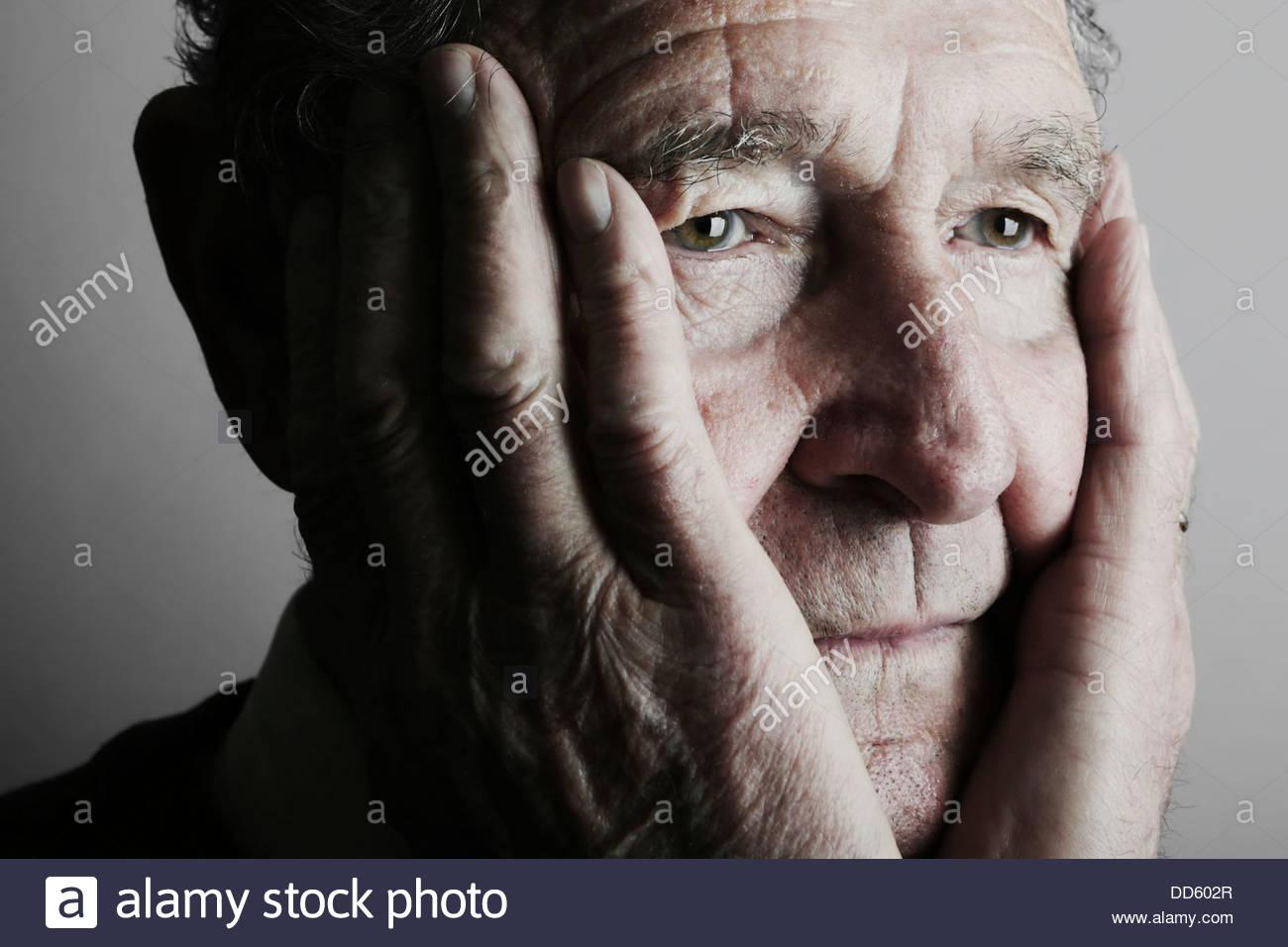 Ältere Mann wegsehen, Nahaufnahme Stockbild