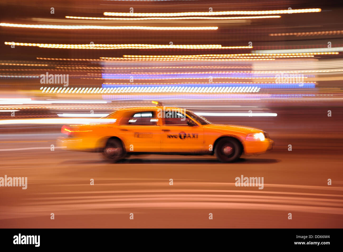 USA, New York State, New York City, verschwommene Bewegung von yellow cab Stockbild