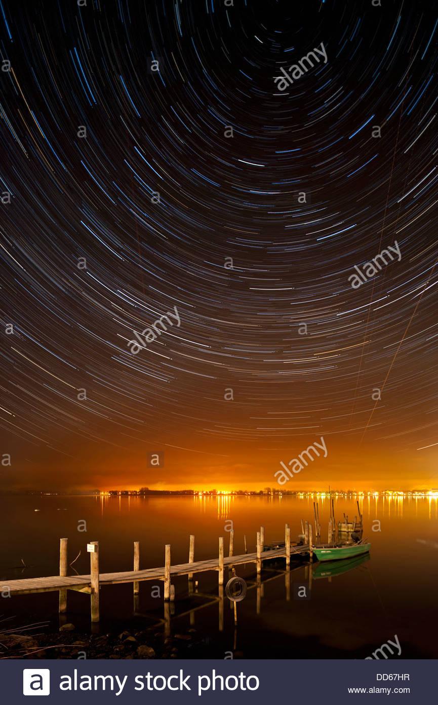Deutschland, Blick auf Startrails über alte Mole in der Nacht Stockbild
