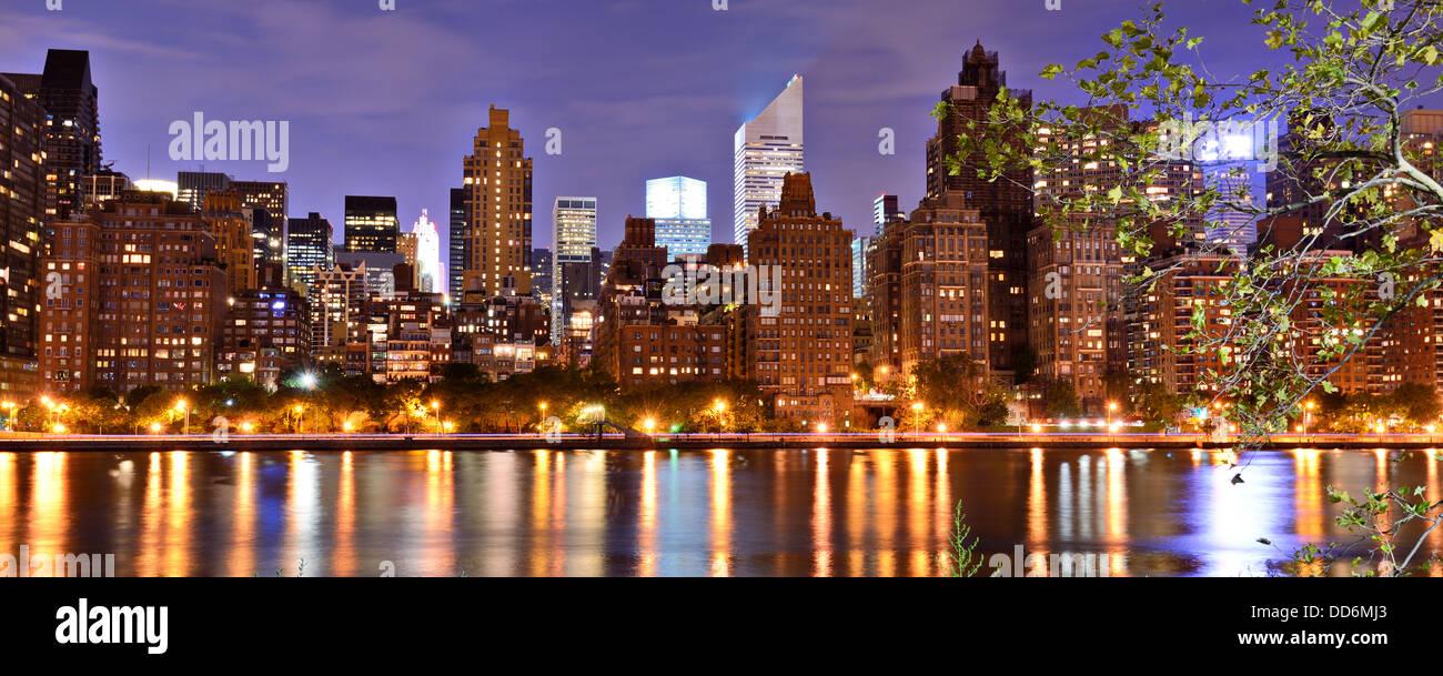 New York City Panorama spanning von Lower Manhattan nach Brooklyn über den East River. Stockbild