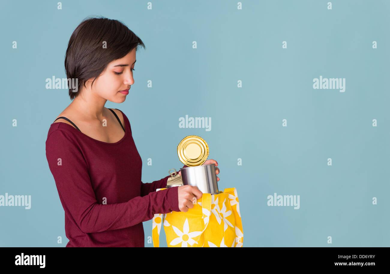 Porträt des jungen multirassische Frau recycling Metall Dosen Stockbild