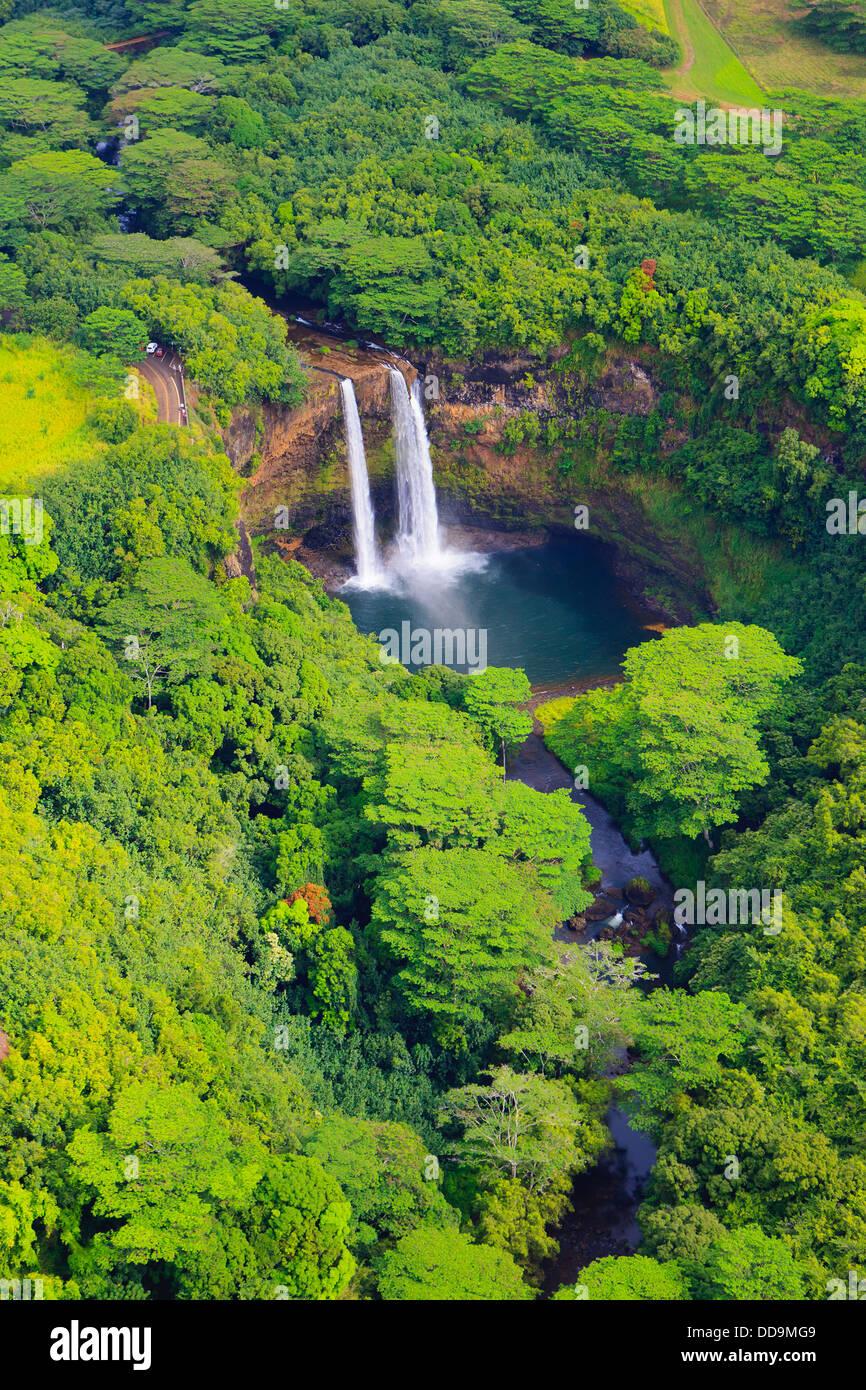Helikopterblick auf den Wailua Falls. Kauai, Hawaii Stockbild