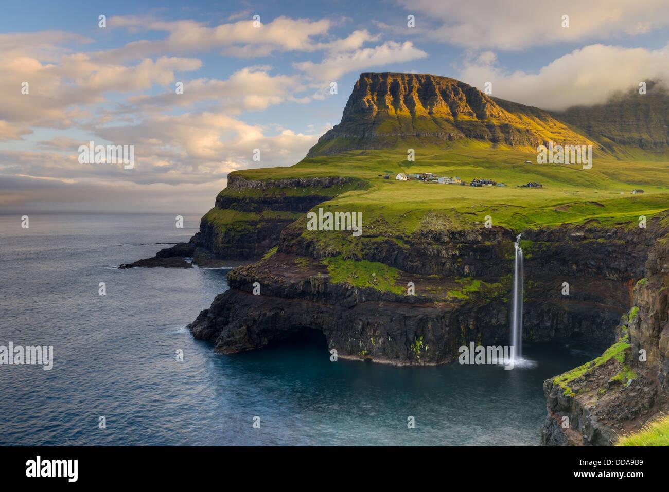 Gásadalur, auf der Westseite des Vágar auf den Färöern, mit Blick auf Mykines Stockbild