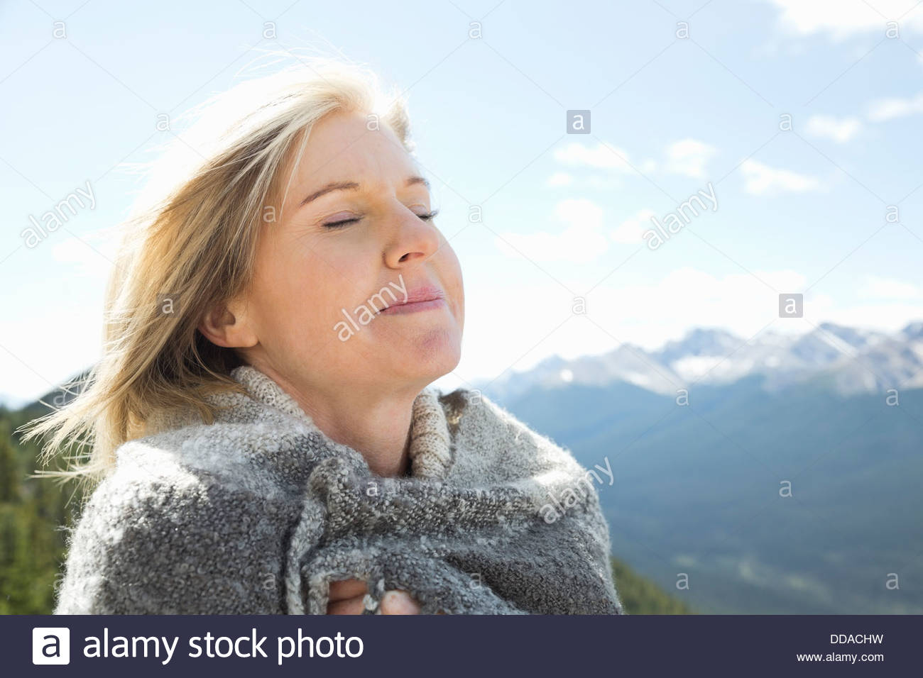 Porträt der Frau im Freien mit Augen geschlossen Stockbild