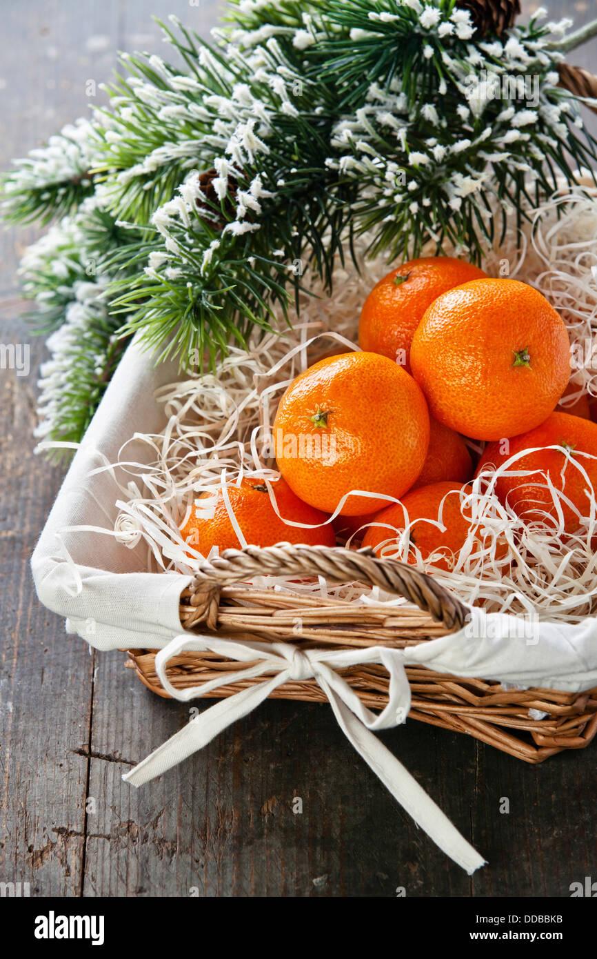 Mandarinen im Korb mit Weihnachtsbaum Zweig Stockbild