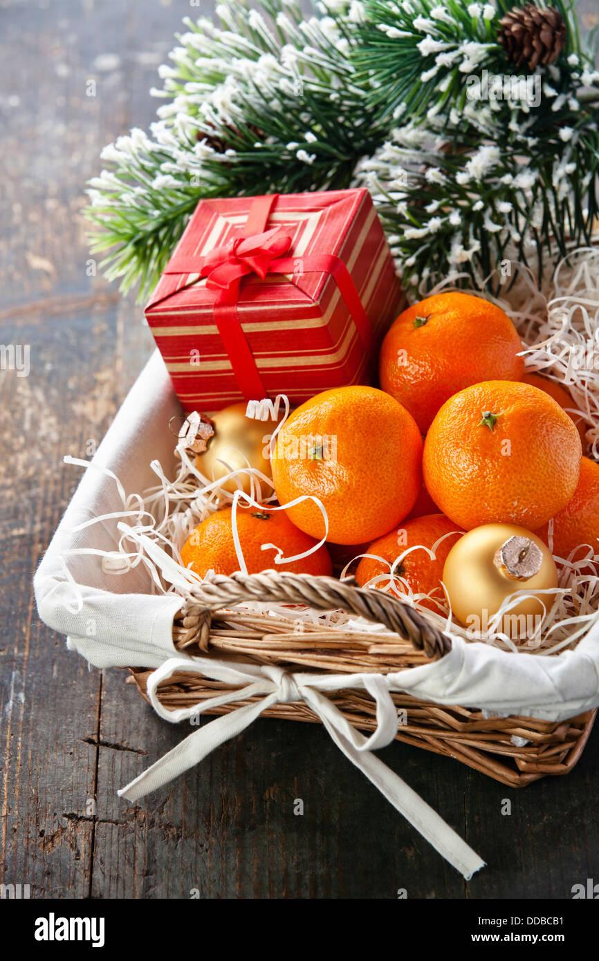 Mandarinen in Korb mit Geschenk und Weihnachtsbaum Zweig Stockbild