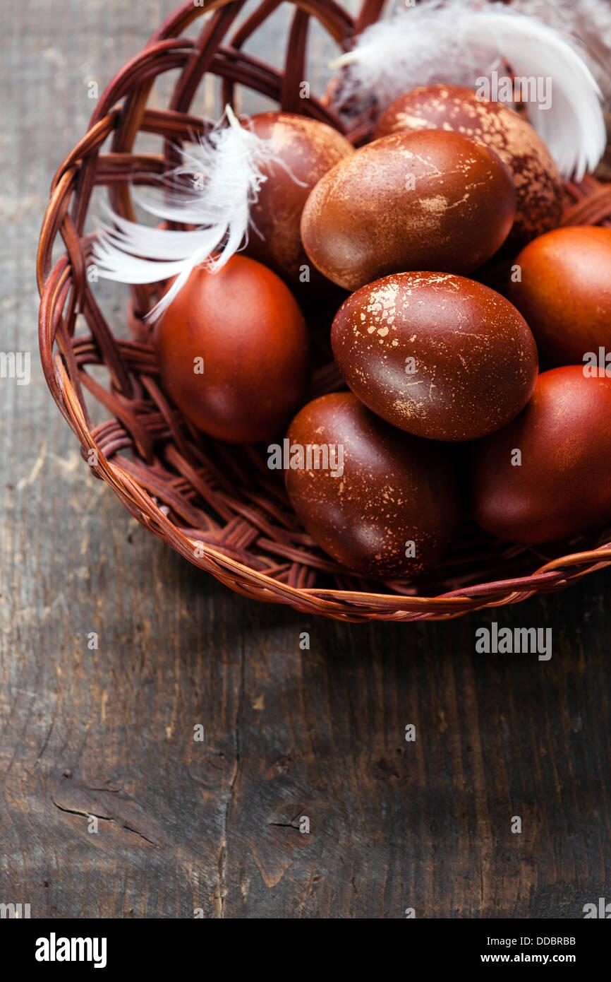Ostereier auf hölzernen Hintergrund Stockbild
