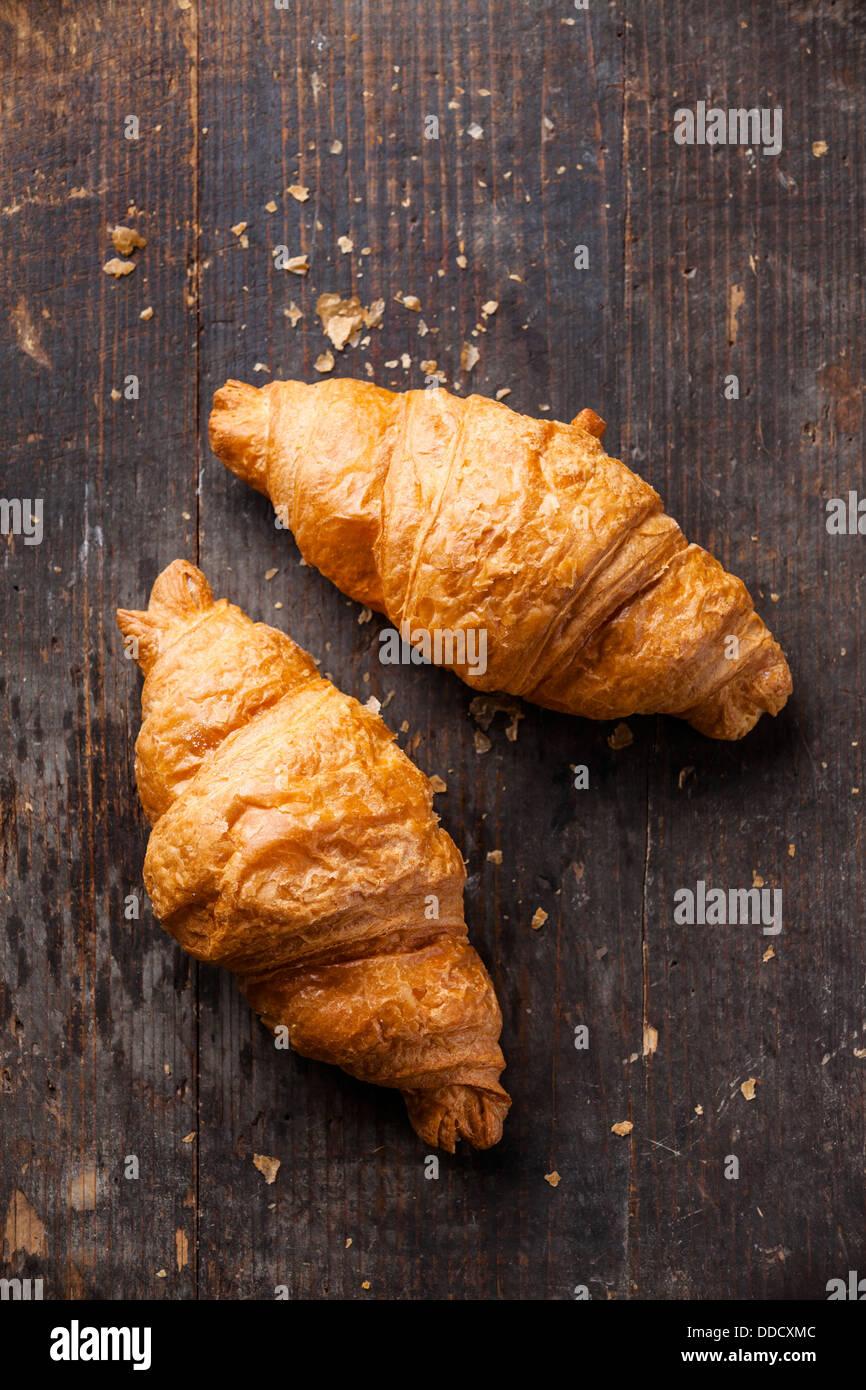 Croissants auf hölzernen Hintergrund Stockbild
