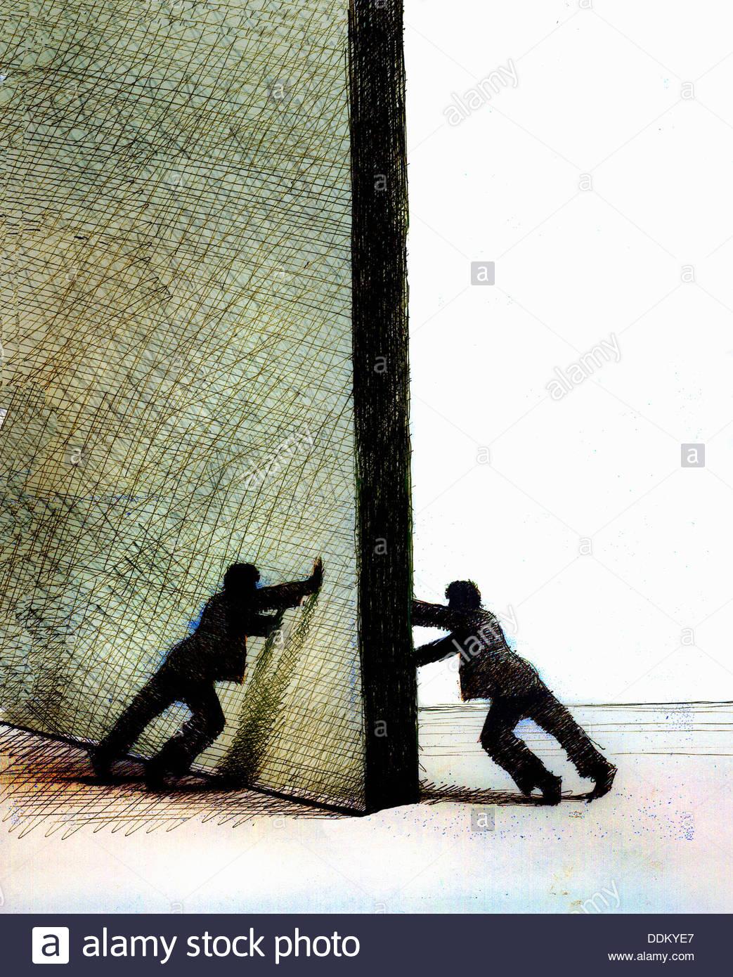 Männer, die an gegenüberliegenden Seiten der Tür schieben Stockbild