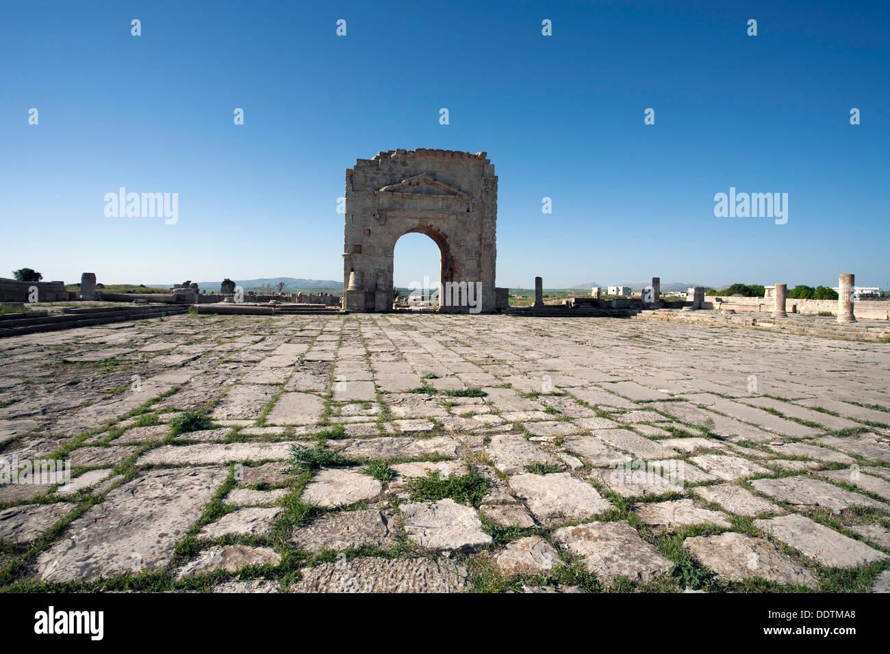 Das Forum und den Trajansbogen in Mactaris, Tunesien. Künstler: Samuel Magál Stockbild
