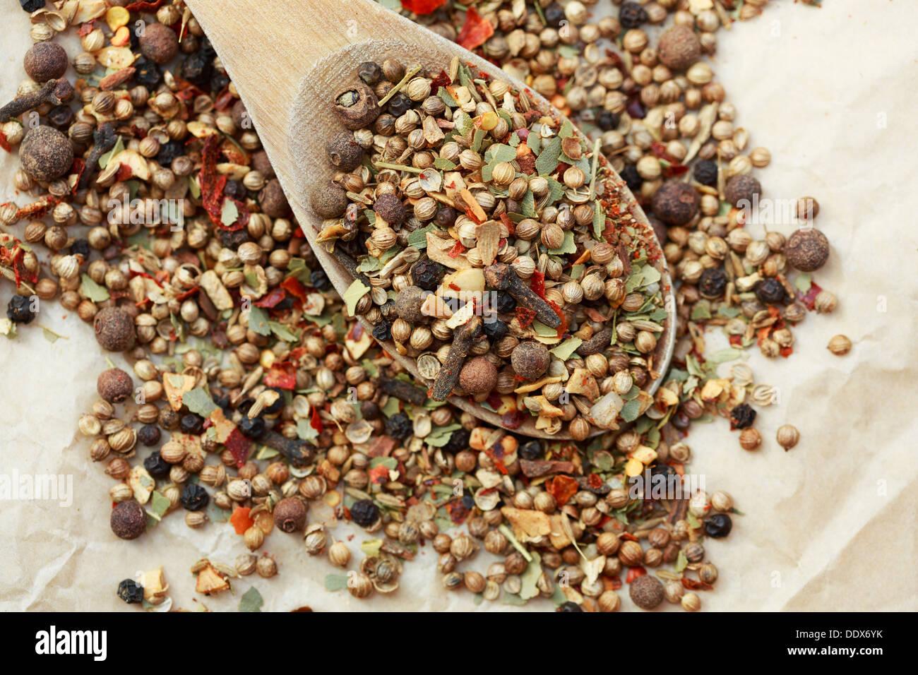 Garam Masala Zutaten auf einem Löffel Stockbild