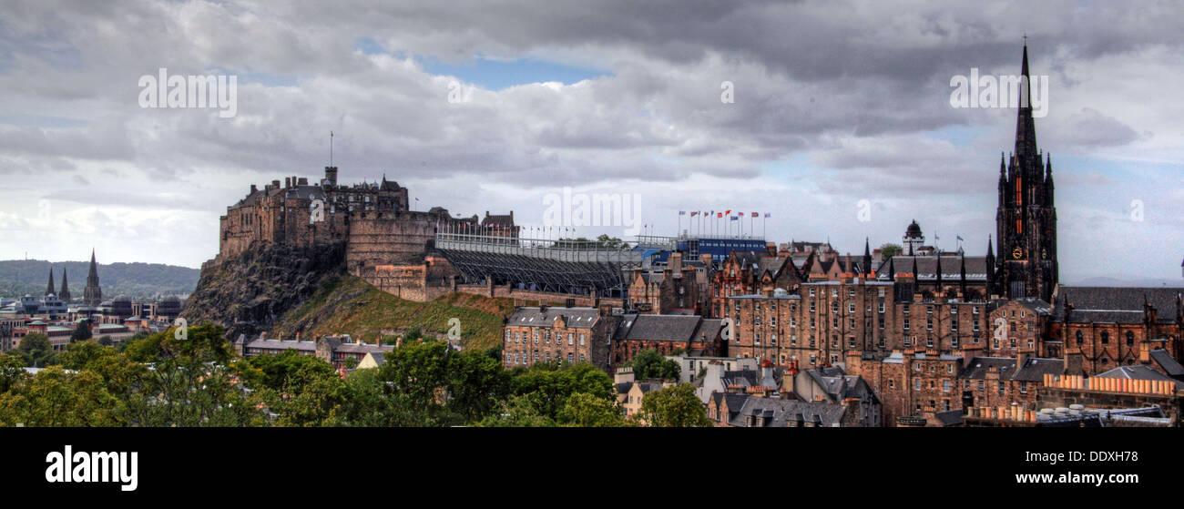 Laden Sie dieses Alamy Stockfoto Panorama Blick auf die Burg von Edinburgh über die Innenstadt, Schottland, UK EH1 - DDXH78