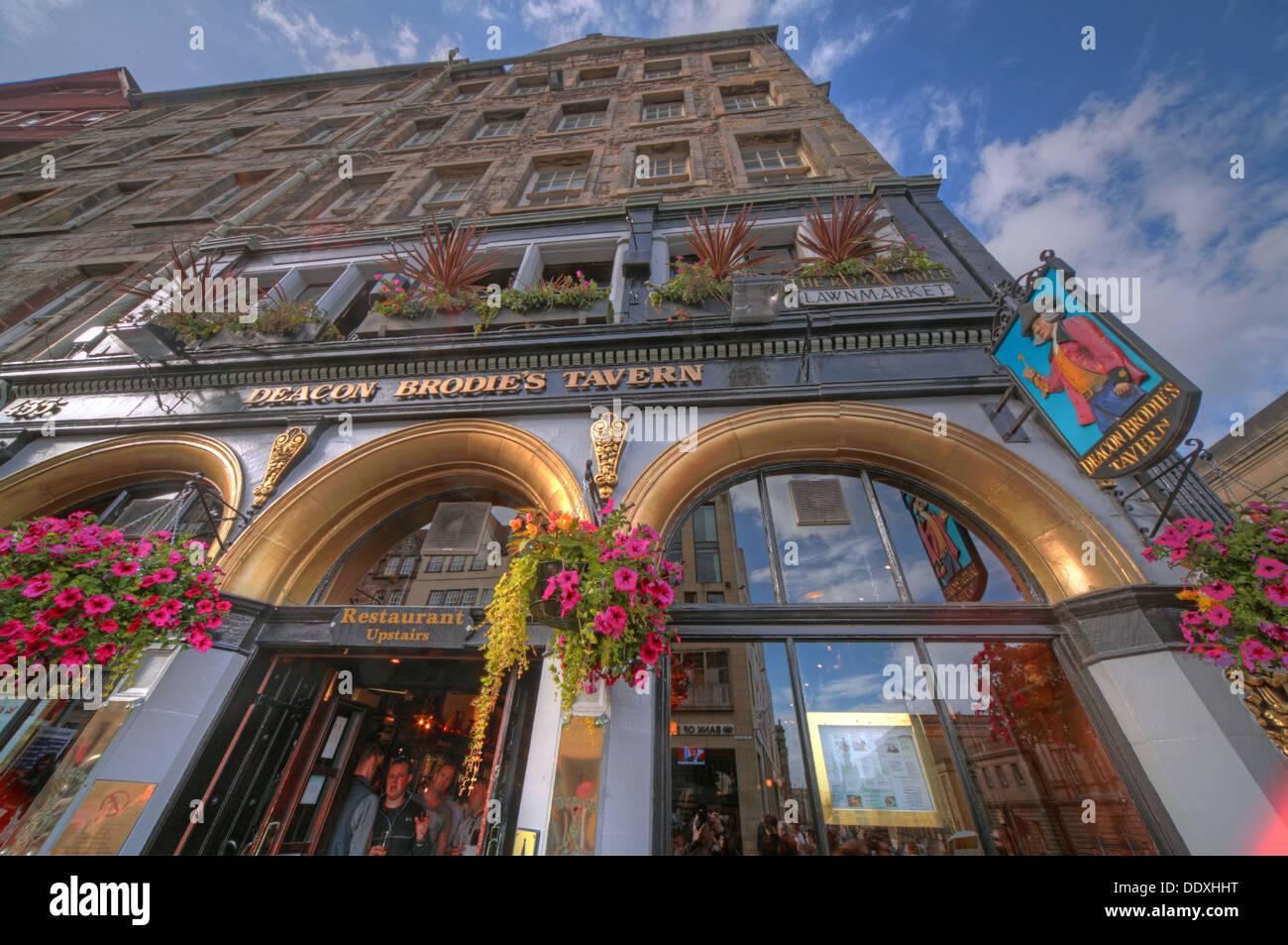 Laden Sie dieses Alamy Stockfoto Diakon Brodies Taverne, Royal Mile, EDN, Stadt von Edinburgh, Scotland, UK - auf der Suche nach oben - DDXHHT