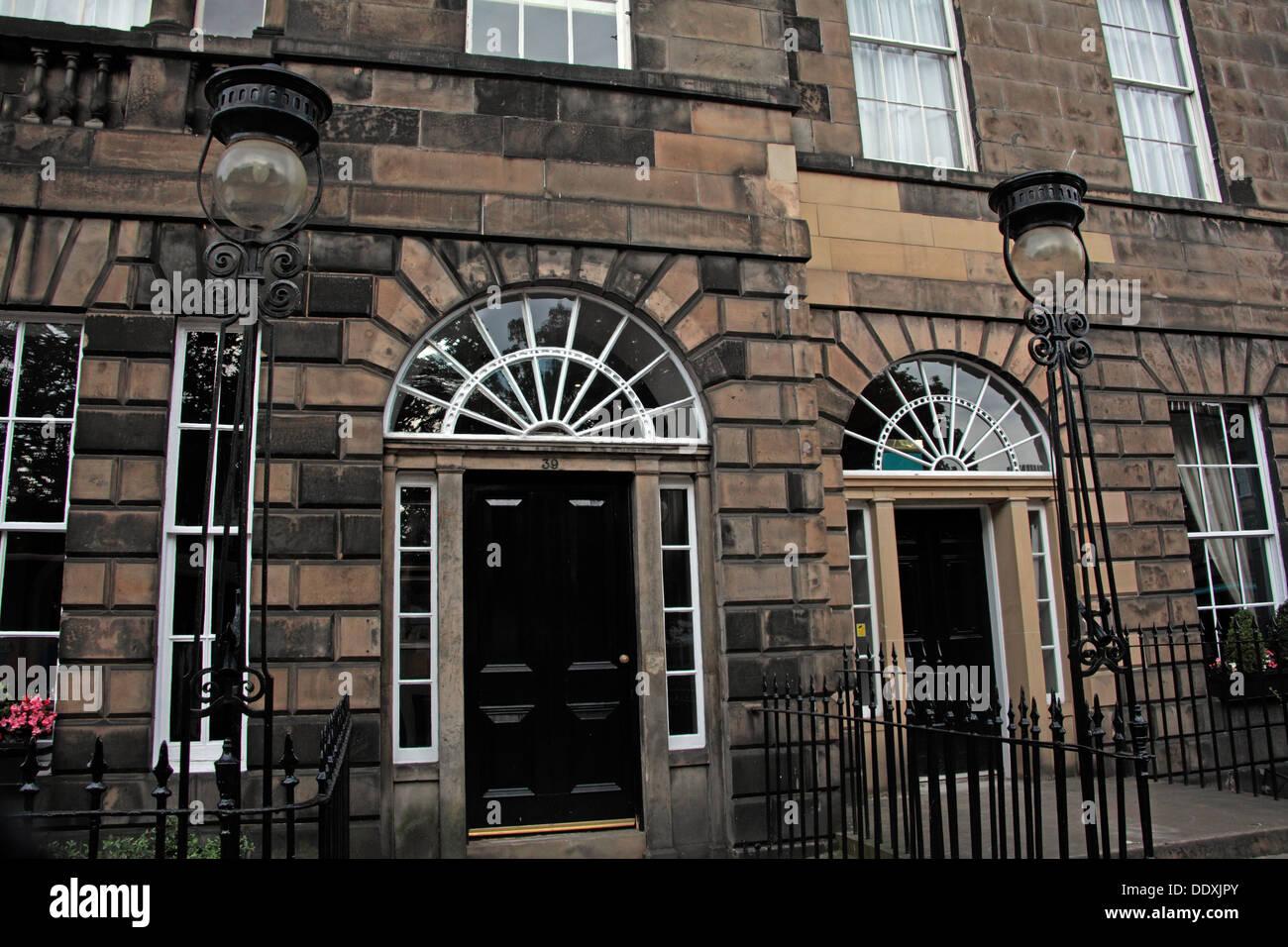Laden Sie dieses Alamy Stockfoto Gebäude von New Town von Edinburgh, klassische Architektur, Straßenlaternen, Lothian, Schottland, Großbritannien - DDXJPY