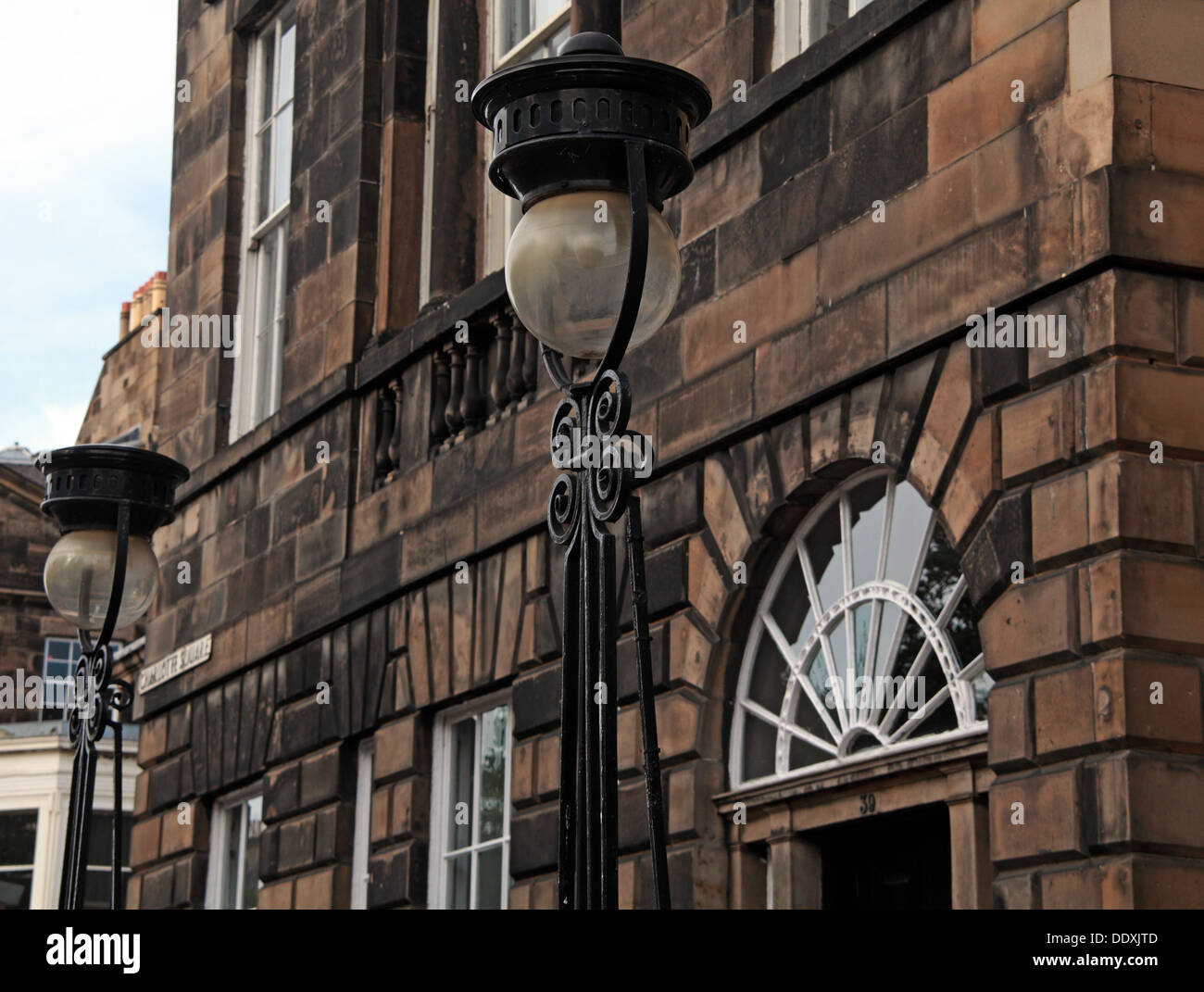 Laden Sie dieses Alamy Stockfoto Gebäude von New Town von Edinburgh, klassische Architektur, Straßenlaternen, Lothian, Schottland, Großbritannien - DDXJTD